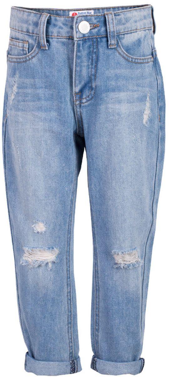 Джинсы для девочки Button Blue Main, цвет: голубой. 117BBGC6303D200. Размер 104, 4 года117BBGC6303D200Классные джинсы с потертостями и повреждениями — гарантия модного современного образа! Хороший крой,удобная посадка на фигуре подарят девочке комфорт и свободу движений. Если вы хотите купить ребенку недорогие джинсы силуэта бойфренд, модель от Button Blue - прекрасный выбор!