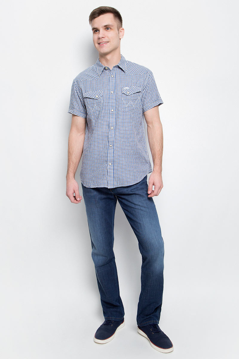 Рубашка мужская Wrangler, цвет: синий, белый. W5873MN43. Размер XL (52)W5873MN43Мужская рубашка Wrangler изготовлена из натурального хлопка. Модель с короткими рукавами имеет на груди два кармана с клапанами на кнопках. Рубашка застегивается спереди на пуговицу, а также на застежки-кнопки. Оформлена модель стильным принтом в клетку.