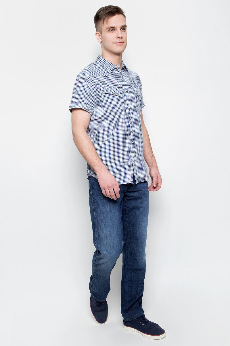 Джинсы мужские Wrangler, цвет: синий. W121NR93L. Размер 33-34 (48/50-34)W121NR93LМужские джинсы Wrangler станут отличным дополнением к вашему гардеробу. Джинсы прямого кроявыполнены из эластичного хлопка с добавлением полиэстера и эластана. Изделие мягкое и приятное на ощупь, не сковывает движения и позволяет коже дышать.Модель на поясе застегивается на пуговицу и ширинку на металлической застежке-молнии, а также предусмотрены шлевки для ремня. Спереди расположены два втачных кармана и один секретный кармашек, а сзади - два накладных кармана. Изделиеукрашено нашивкой с названием бренда.