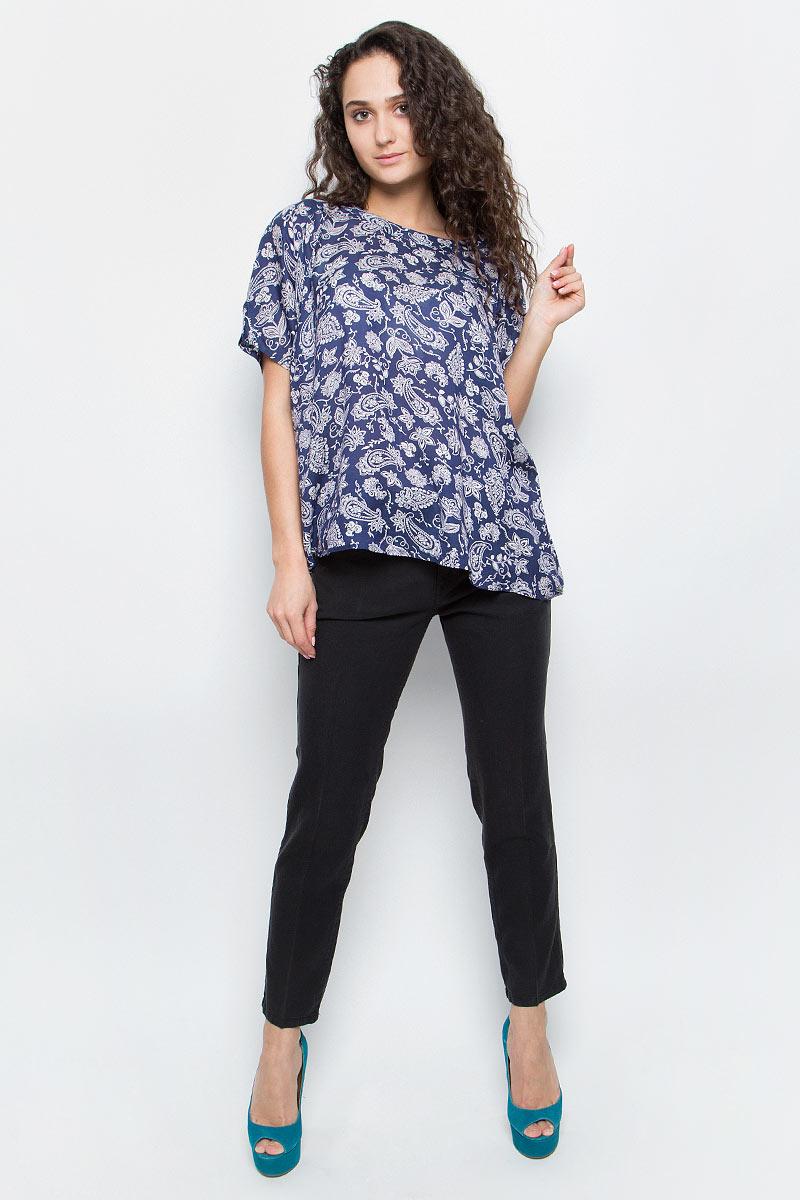 Блузка женская Wrangler, цвет: темно-синий, белый. W52039S41. Размер M (44)W52039S41Женская блуза Wrangler с короткими цельнокроеными рукавами и круглым вырезом горловины выполнена из модала. Блузка имеет свободный крой и застегивается на застежку-пуговицу сзади. Оформлена модель стильным принтом с узорами.
