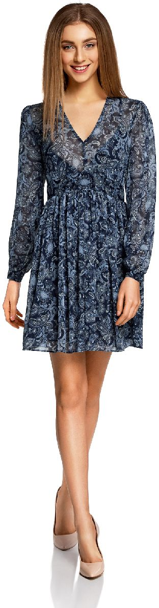 Платье oodji Ultra, цвет: темно-синий, голубой. 11913040/15036/7974E. Размер 36-170 (42-170)11913040/15036/7974EЛегкое шифоновое платье oodji Ultra с пышной расклешенной юбкой - модное решение на каждый день. Модель мини-длины с длинными рукавами и глубоким V-образным вырезом горловины застегивается на скрытую застежку-молнию на спинке. Завышенная талия дополнена вшитой резинкой для лучшей посадки изделия по фигуре. Манжеты рукавов застегиваются на пуговицы.