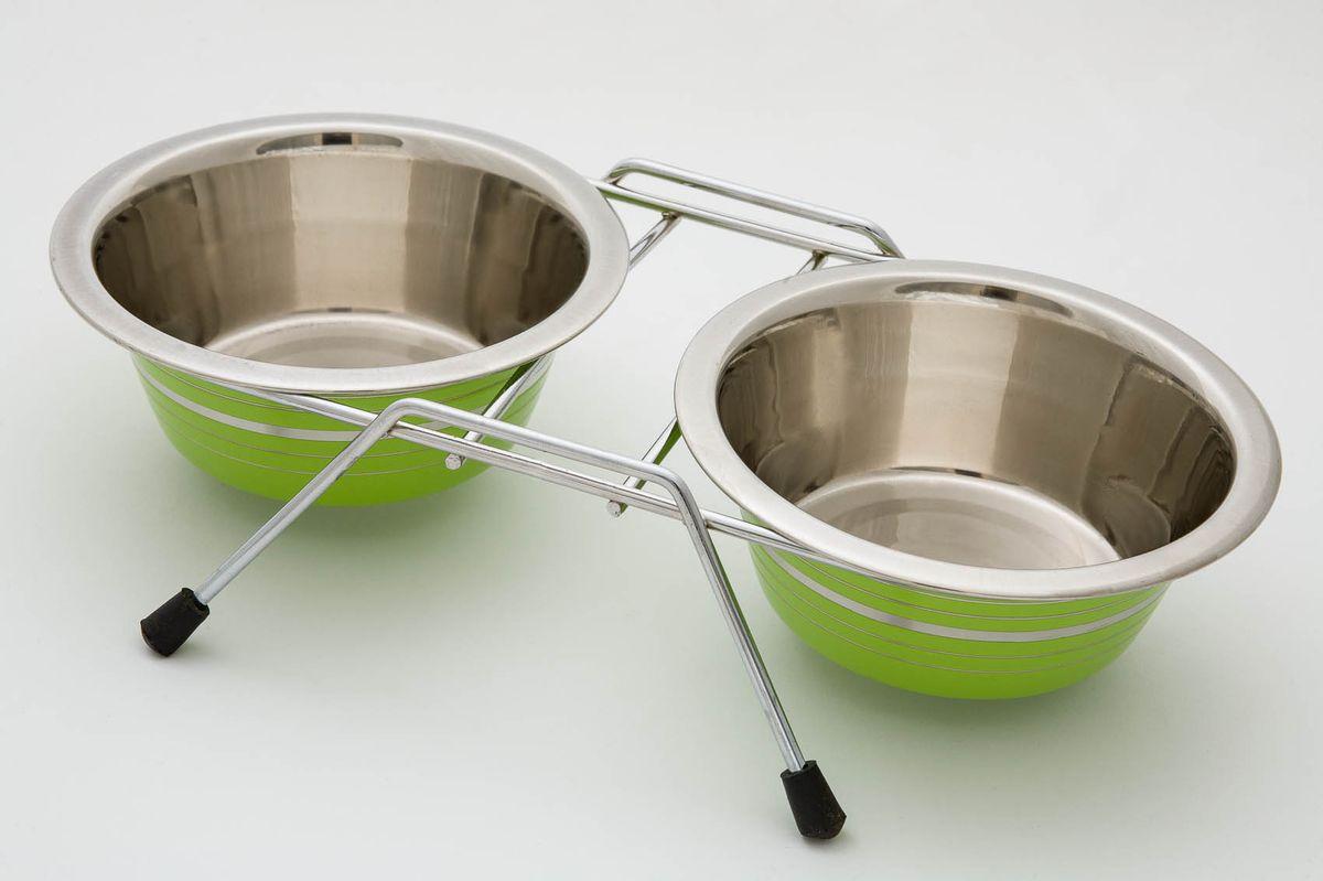 Миска для животных VM, двойная, на подставке, цвет: стальной, зеленый, 2 х 360 мл3161aДвойная миска VM - это функциональный аксессуар для вашего питомца. Изделие состоит из двух мисок, выполненных из высококачественного металла. Миски размещены на подставке с резиновыми колпачками на ножках. Стильный дизайн придаст изделию индивидуальность и удовлетворит вкус самых взыскательных зоовладельцев. Объем одной миски: 360 мл.