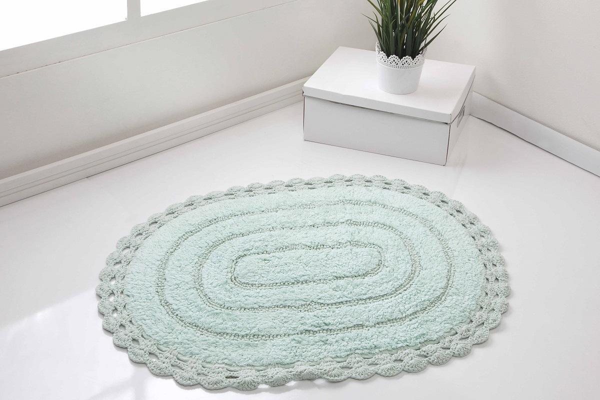 """Кружевной коврик для ванной """"Karna"""" выполнен из высококачественного хлопкового волокна. Имеет рельефный рисунок. Высочайшее качество материала гарантирует безопасность для всех членов семьи. Коврик не аллергенен, имеет высокую воздухопроницаемость и долгий срок использования ткани.Размер: 60 х 100 см."""