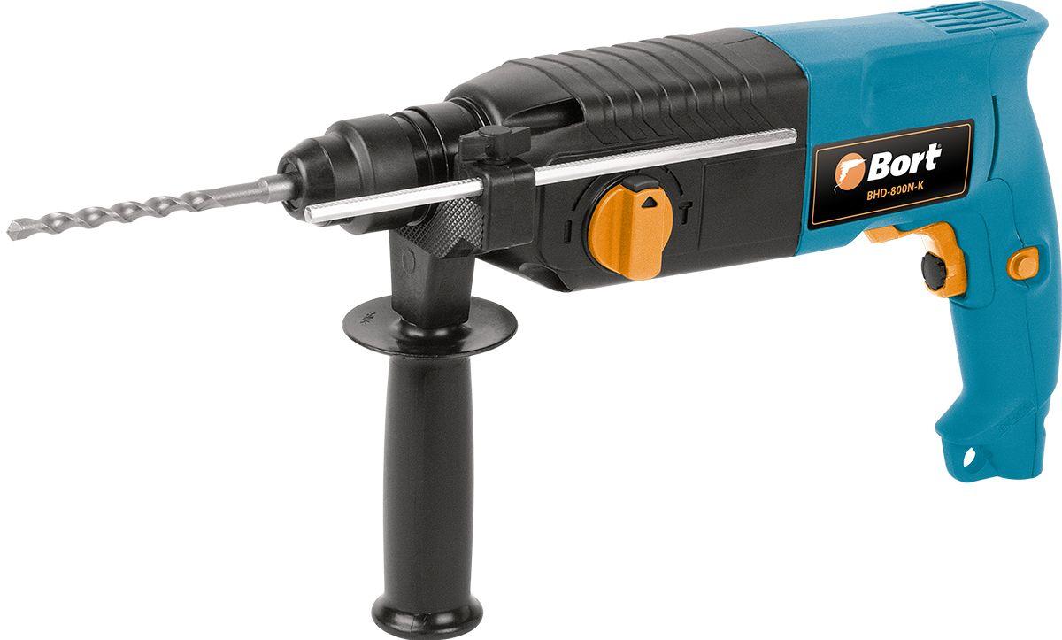 Перфоратор Bort BHD-800N-K91270689Bort BHD-800N-K - это недорогой и достаточно мощный (энергия удара 3 Дж) SDS+ перфоратор для домашнего использования. Имеет все необходимые функции и режимы работы. Режим сверления. Режим сверления с ударом, для бурения отверстий в бетоне и кирпиче. Режим удара, для проделывания штраб и отверстий. Глубиномер позволяет бурить нужные по глубине отверстия. Металлический корпус редуктора эффективно охлаждает внутренний механизм перфоратора и защищает от ударов, которые неизбежны при ремонте и стройке. В комплекте к перфоратору прилагаются самые популярные буры, все это вместе с перфоратором укладывается в удобный и прочный пластиковый кейс, который удобно транспортируется и не занимает много места.