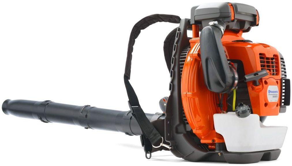 Воздуходув Husqvarna 580BTS - самый мощный из ранцевых воздуходувов для  коммерческого использования, специально разработанный для решения самых  сложных задач. Высокая скорость воздушного потока обеспечивается  эффективной конструкцией крыльчатки и мощным двигателем с технологией X- Torq®. Воздушный фильтр уровня коммерческого использования обуславливает  долгое время работы и беспроблемную эксплуатацию. Ременная оснастка  включает широкие наплечные ремни.                                                                                        Особенности:                                                                                                                   Двигатель X-Torq;                                                                                                                    Удобная рукояткаAir Injection;                                                                                            Высокая мощность воздушного потокаЭргономичная ременная оснастка.