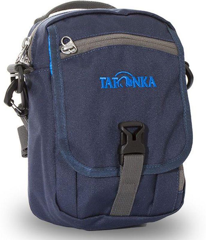 Сумка на плечо Tatonka Check in Clip, цвет: темно-синий, 22 x 15 x 7 смDI.2966.004Универсальная дорожная сумочка Tatonka Check in Clipвыполнена из водоотталкивающей ткани. Изделие подходитдля хранения документов и полезных мелочей впутешествии. Сумочка, которую можно носить как на плече,так и на поясе, располагает большим основным отделением сдвумя молниями, множеством кармашков имини-органайзером. Крышка-клапан фиксируется фастексом. Особенности:- петли для переноски на поясе;- съемный плечевой ремень;- ручка для переноски; - удобный органайзер; - множество продуманных отделений; - прочный материал;- фирменный логотип.