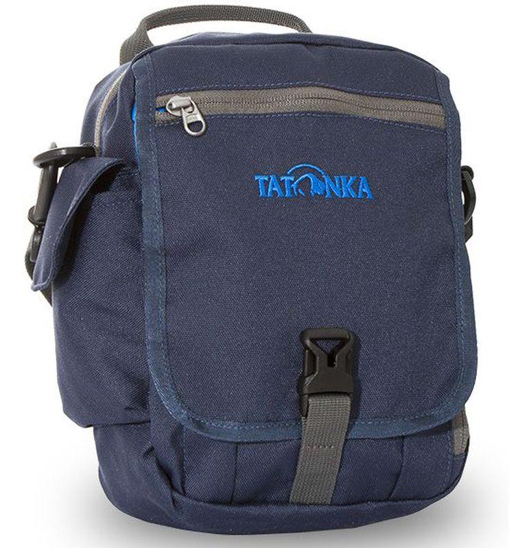 Сумка на плечо Tatonka Check in Clip, цвет: темно-синий, 23 x 17 x 8 смDI.2967.004Вместительная дорожная сумка Tatonka Check in Clip, выполненная из водоотталкивающей ткани, подходит для хранения документов и полезных мелочей в путешествии. Такую сумку можно носить как на плече, так и на поясе. Изделие располагает большим основным отделением с двумя молниями, множеством кармашков и мини-органайзером. Крышка-клапан фиксируется фастексом. Особенности:- петли для переноски на поясе;- съемный плечевой ремень; - ручка для переноски; - органайзер; - множество продуманных отделений; - боковой карман для телефона. - фирменный логотип. - водоотталкивающая ткань и прочные молнии.
