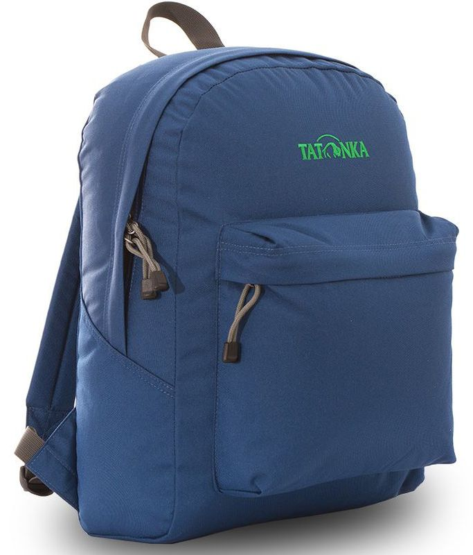 Рюкзак городской Tatonka Hunch Pack, цвет: темно-синий, 22 лDI.6280.150Классический городской рюкзак Tatonka Hunch Packизготовлен из прочного материала на основе полиэфирноговолокна (600 ден), который обладает прочностью, стойкостьюк истиранию и выцветанию и универсальностью применения. В рюкзаке используются молнии YKK RC Zipper, которыенадежно защищены от внешних воздействий. Эти молнииспециально разработаны для рюкзаков и другого багажа,когда на первый план выходят надежность и высокаяпроизводительность. Мягкие уплотненные плечевые лямки регулируются по длинеи удобны в любое время года. Регулировка длины лямокзаймет минуту, а их мягкая внешняя ткань будет комфортнадаже летом.Спереди рюкзака расположен просторный накладной карманс встроенным органайзером, в котором удобно хранить всесамое необходимое: ручку, блокнот, телефон и многое другое.Также карман подойдет для складного зонтика. Специальнаяпланка защищает молнию кармана от попадания воды, темсамым сохраняя вещи сухими во время непогоды.Вверху рюкзака со стороны спины расположена удобная ручка,за которую рюкзак можно повесить на крючок или же нести вруке. Внутри рюкзак состоит из одного просторного отделения,которое отлично подходит для хранения любых вещей.Собираетесь на прогулку или экскурсию? Возьмите с собойтермос, дождевик и влажные салфетки - все это легкопоместится в основное отделение. Отправляетесь на учебу?Ноутбук, учебники, тетради и пенал - все удобно разместитсяв большом отделении рюкзака.Такой рюкзак подойдет тем, кто отправляется на экскурсиюили в гости. Все, что нужно, вместится внутрь и доедет вцелости и сохранности.