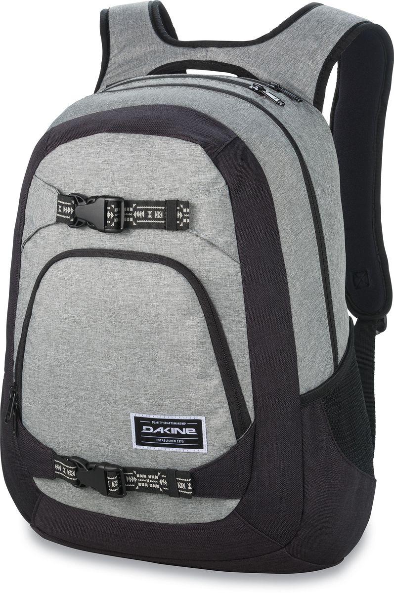 Рюкзак городской Dakine Explorer, цвет: серый, черный, 26 л00121582 8130050Рюкзак Dakine Explorer особенно ценится скейтерами за удобное крепление для доски и практическую износостойкость. Дизайн разработан с учетом потребностей людей, любящих путешествовать. Выполнен из прочного полиэстера. Рюкзак имеет основное отделение на застежке-молнии с двумя бегунками. На лицевой части расположен карман на застежке- молнии с двумя бегунками. Сверху два небольших кармана, один из которых отделан внутри флисом, в него можно положить очки. По бокам 2 сетчатых кармана. Особенности: Мягкое отделение для ноутбука до 15. Крепление для скейтборда. Флисовый карман для очков. Карман-органайзер. Боковые сетчатые карманы. Регулируемый нагрудный ремень.