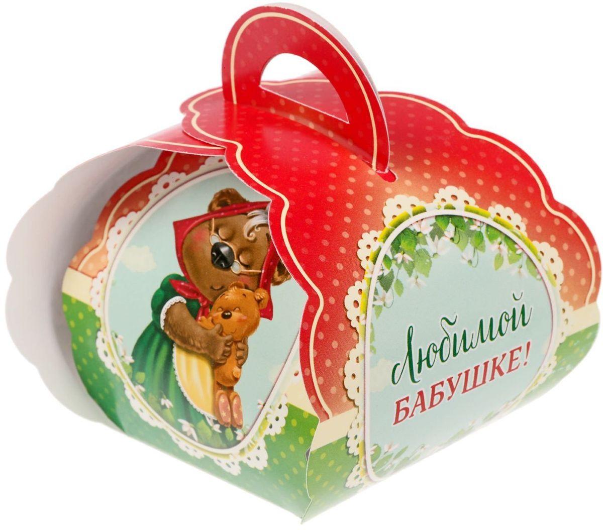 Коробочка подарочная для яйца Любимой бабушке. Со светлой пасхой!. 17469931746993Коробочка подарочная для яйца — новое веяние в мире подарочной упаковки. Представьте, как здорово будет преподнести родным и близким подарки в таком оформлении. Душевный дизайн в народном стиле и пасхальные символы никого не оставят равнодушным. Коробочка надёжна и легка в использовании. Согните её по линиям и положите внутрь заготовленный презент. Благодаря удобной ручке изделие удобно переносить. Размер заготовки: 13,4 х 26,2 см.