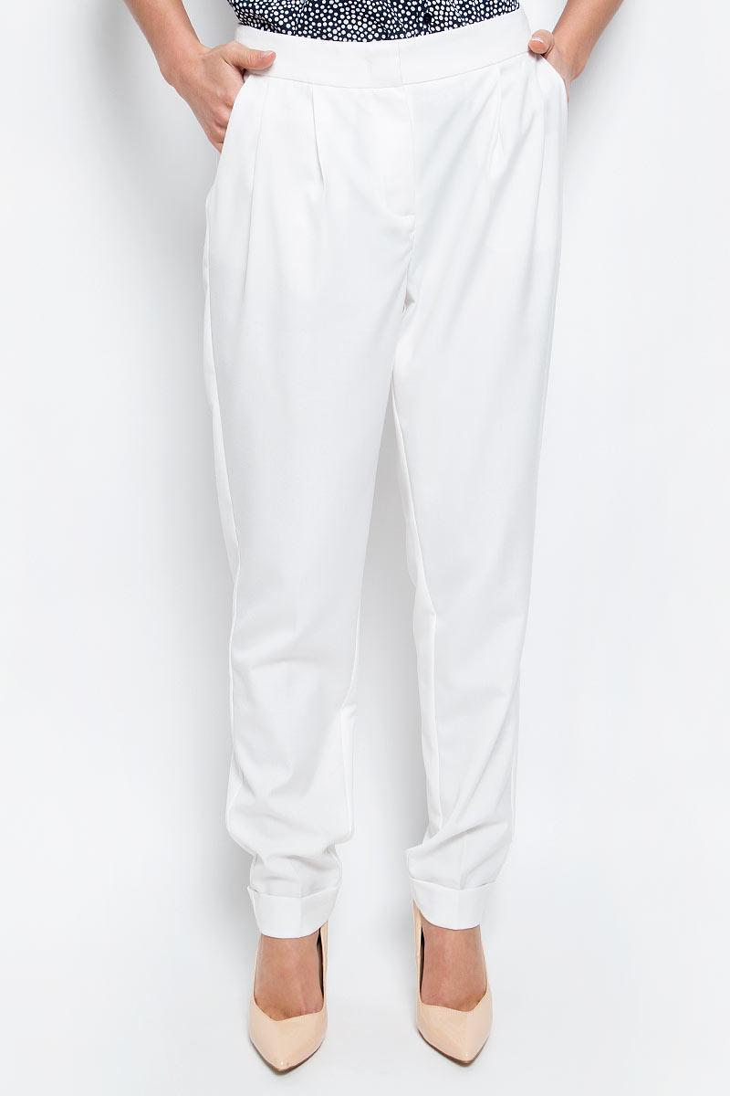 Брюки женские Baon, цвет: белый. B297018_Milk. Размер S (44)B297018_MilkСтильные брюки Baon выполнены из легкого костюмного материала. Модель прямого кроя со складками у пояса застегивается на молнию в ширинке и потайные крючки. Брючины дополнены широкими отворотами. Брюки имеют два боковых кармана с косыми срезами и два задних прорезных кармашка.Модные брюки подарят вам комфорт и позволят создать элегантный образ.