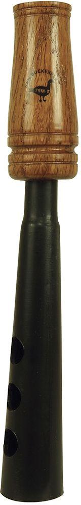 Манок Buck Expert на гуся универсальный (белолобый, серый, гуменник)E-79M-TУниверсальный манок Buck Expert предназначен для охоты на серого гуся, белолобого гуся и гуся гуменника. Манок вручную настраиваются на любую тональность – немного попрактиковавшись, вы сможете использовать этот манок для воспроизведения всех обычных звуков гуменника, серого и кормящегося белолобого гуся (бубнение во время кормежки и выкрики). Перекрывая пальцами отверстия на раструбе, вы можете изменять тембр звучания манка, добиваясь наибольшего разнообразия звуков.Такой манок – отличный выбор для экономного или начинающего охотника: недорогой и функциональный, он позволяет охотиться на гусей, не перегружая охотника дополнительным снаряжением. Универсальный манок на гуся выполнен с использованием пластика и дерева, имеет привычную классическую форму манков для охоты на гусей и работает в условиях низких температур.Подходит для всех видов гусей, водящихся на территории России.Вес манка без упаковки: 50 г.Длина манка: 22,5 см.