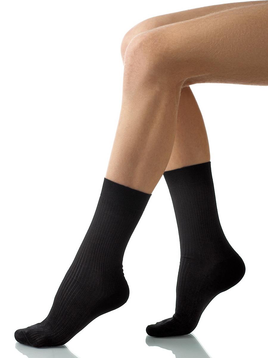 Носки мужские Charmante, цвет: черный. SCHM-1009. Размер 25-27 (39/41)SCHM-1009Мужские носки Charmante с удлиненным паголенком изготовлены из высококачественного материалаобеспечивающего великолепную посадку. Удобная широкая резинка идеально облегает ногу и не пережимает сосуды, усиленные пятка и мысок повышают износоустойчивость носка.