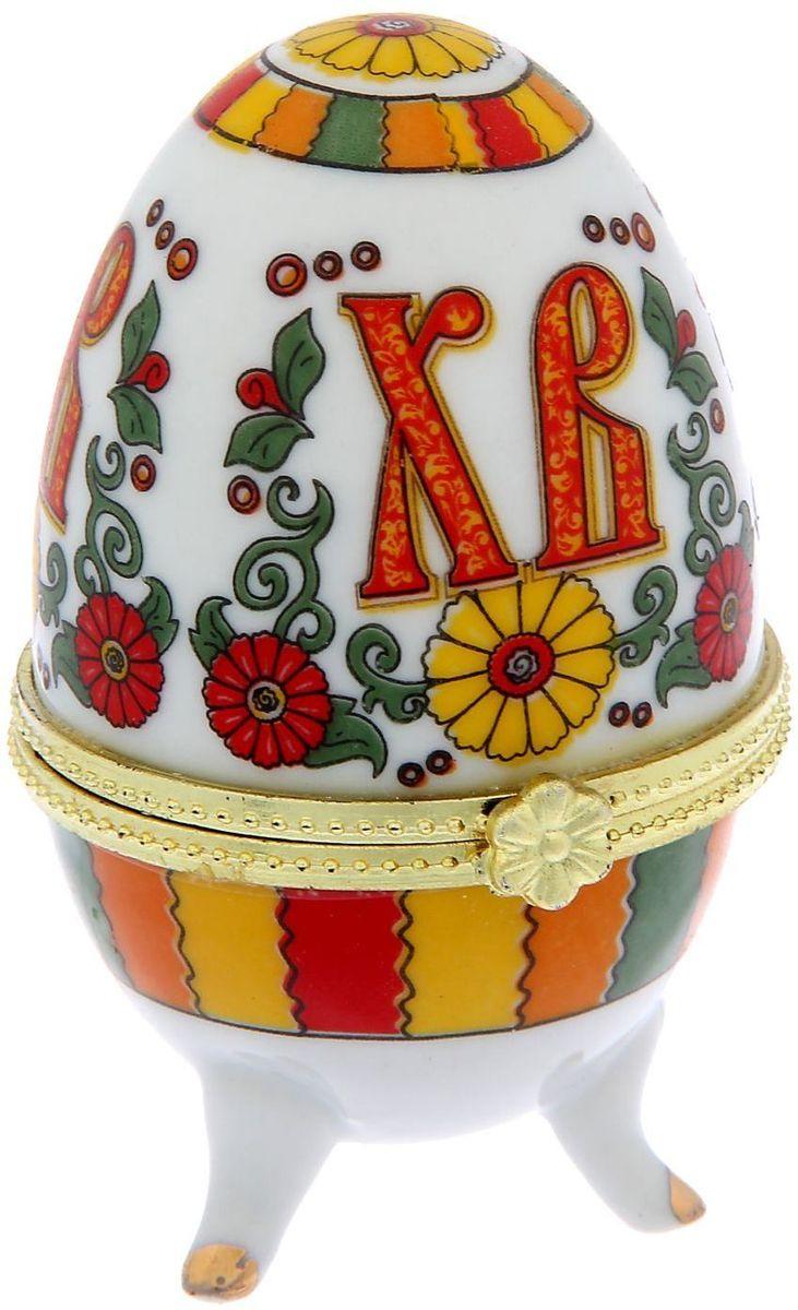 """Яйцо-шкатулка пасхальная """"Христос Воскресе"""", керамика, деколь — это символичный и полезный подарок на светлый праздник Пасхи. На  керамику нанесена яркая роспись по технологии деколь. Благодаря уникальному дизайну, пасхальным надписям и заложенному в шкатулку  смыслу она приятно удивит близких и друзей. Традиция дарения таких яиц-шкатулок берет своё начало со времён известнейшего ювелира Карла Фаберже, который начал создавать  ювелирные яйца с сюрпризом для императорского дома. Сейчас это вновь стало популярным. Сделайте запоминающийся подарок своим близким  в традициях царского дома!"""