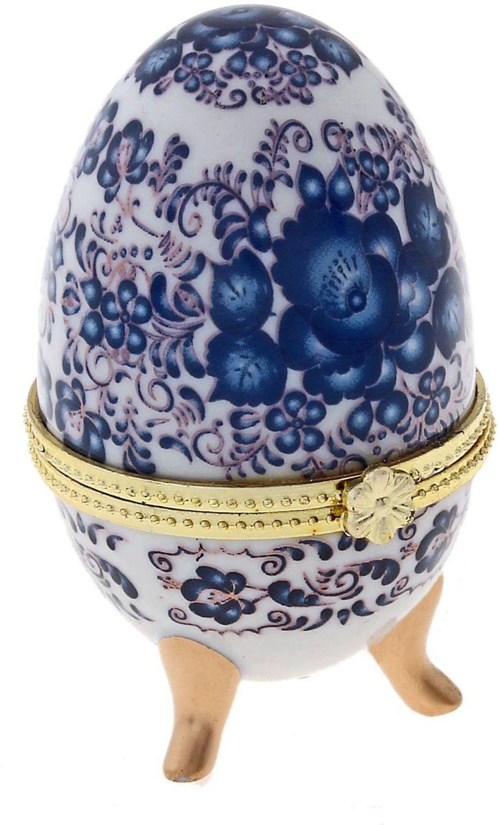 Шкатулка Sima-land Жостово, 4,7 х 4,7 х 7,5 см433661Шкатулка для украшений, выполненная в форме яйца, за последние годы стала традиционным и очень популярным пасхальным подарком. Витые узоры, искусно переплетаясь между собой, создают целостный рисунок, покрывающий всю поверхность шкатулки. Все это великолепие крепится на трех изогнутых ножках золотого цвета и потрясающе смотрится на полке, комоде, камине или в серванте. В ассортименте есть шкатулки, декорированные пасхальными символами ХВ; в стиле старинных ремесел; с изображением икон, окантованных восхитительным орнаментом.Изысканный и утонченный подарок к самому главному православному празднику!
