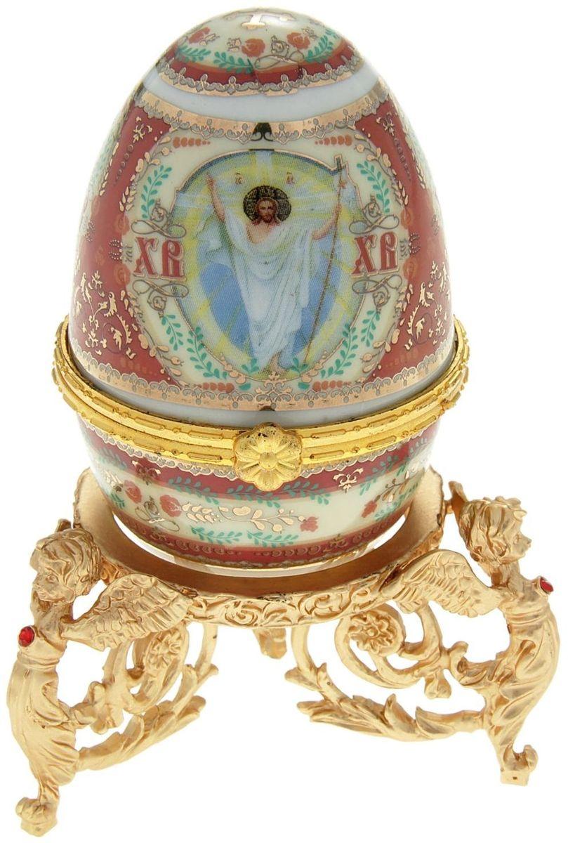 Яйцо-шкатулка Sima-land Воскресение Христово, на металлической подставке, 10 х 6 х 6 см890108Яйцо-шкатулка Воскресение Христово на металлической подставке, керамика, деколь – это не только символичный, но и очень полезный подарок на светлый праздник Пасхи. Яйцо изготовлено из белоснежной прочной керамики, всё покрыто яркой праздничной росписью, дизайн которой с душой разработан профессионалами компании Сима-ленд. А уникальная металлическая подставка придает ему ещё больше изысканности и благородства.История дарения таких яиц-шкатулок берет свое начало с времен известнейшего ювелира Карла Фаберже, который начал изготовлять ювелирные яйца с сюрпризом для императорского дома. Обычай преподносить такие подарки близким – это возрождение императорской традиции. Такой подарок является привычным для Пасхи.Яйцо-шкатулка на оригинальной металлической подставке порадует своим великолепием, функциональными особенностями и пасхальной подарочной упаковкой. Такой царский сувенир приятно дарить и получать!
