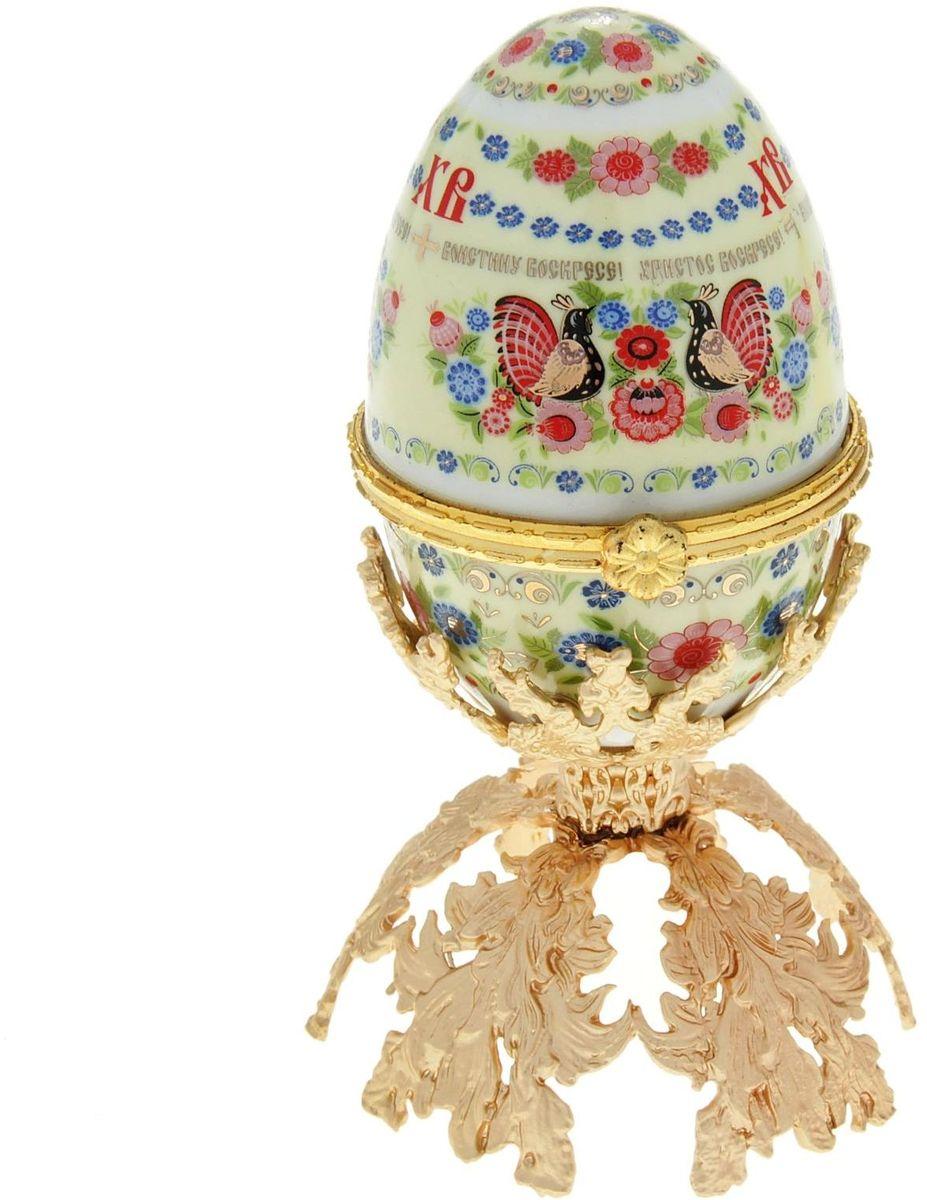 Яйцо-шкатулка Sima-land Хохлома, на металлической подставке, 10 х 6 х 6 см890112Яйцо-шкатулка Хохлома на металлической подставке, керамика, деколь – это не только символичный, но и очень полезный подарок на светлый праздник Пасхи. Яйцо изготовлено из белоснежной прочной керамики, всё покрыто яркой праздничной росписью, дизайн которой с душой разработан профессионалами компании Сима-ленд. А уникальная металлическая подставка придает ему ещё больше изысканности и благородства.История дарения таких яиц-шкатулок берет свое начало с времен известнейшего ювелира Карла Фаберже, который начал изготовлять ювелирные яйца с сюрпризом для императорского дома. Обычай преподносить такие подарки близким – это возрождение императорской традиции. Такой подарок является привычным для Пасхи.Яйцо-шкатулка на оригинальной металлической подставке порадует своим великолепием, функциональными особенностями и пасхальной подарочной упаковкой. Такой царский сувенир приятно дарить и получать!
