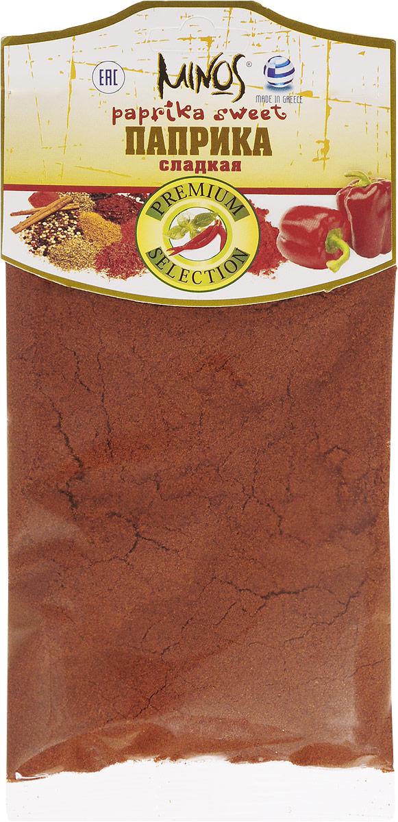 Minos Сладкая паприка, 70 г17017В сладкой паприке содержится капсаицин, который придает паприке остроту, красящие вещества каротиноиды, эфирные масла, минеральные вещества, жиры, белки, сахара, витамин С (его количество в специи больше, чем в цитрусовых).Красный перец возбуждает аппетит, улучшает моторику кишечника, усиливает работу поджелудочной железы. Биологически активные вещества в составе паприки благотворно влияют на кровеносную систему, снижая свертываемость крови и таким образом препятствуя образованию тромбов. При систематическом употреблении приправы активизируется обмен веществ, повышается иммунитет, потенция. Паприку полезно включать в рацион питания при некоторых заболеваниях желудочно-кишечного тракта и ожирении.Сок красного перца применяется в народной медицине при нарушениях роста ногтей и волос, акне, фурункулезе. Сладкий перец выдерживают в растительном масле и затем его втирают при миозитах, радикулите и ревматизме. Паприка широко используется при приготовлении блюд венгерской, испанской, мексиканской, индийской, марокканской, немецкой кухни. Без приправы не обходится самый известный венгерский паприкаш - обжаренные кусочки мяса со сметаной, густой мясной суп-гуляш, приготовленный в котелке, перкельт и токанья. Сладкий красный перец можно добавлять в картофельное пюре в сочетании с базиликом, кориандром и чесноком.Вкус паприки придает дополнительную нотку пикантности супам, соусам, рису, салатам, мясу (особенно свинине и курице), овощам, сыру, рыбе, морепродуктам и даже творогу.Приправы для 7 видов блюд: от мяса до десерта. Статья OZON Гид