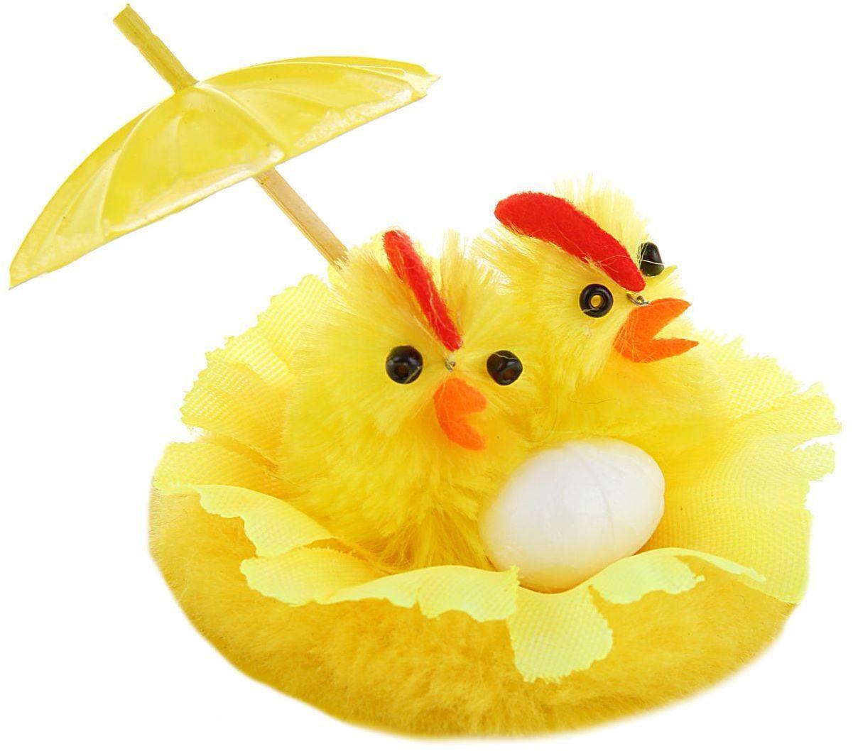 Сувенир пасхальный Sima-land Цыплята с зонтиком, 7 х 7 х 4,5 см1152484Сувенир Цыплята с зонтиком — самый популярный пасхальный декор. Фигурками цып принято декорировать праздничный пасхальный стол во многих странах мира. Россия не исключение.Вы можете украсить таким замечательным сувениром тарелку гостей, превратив её в гнездо. Или преподнести его в качестве подарка близкому человеку. Удивите себя и родных!