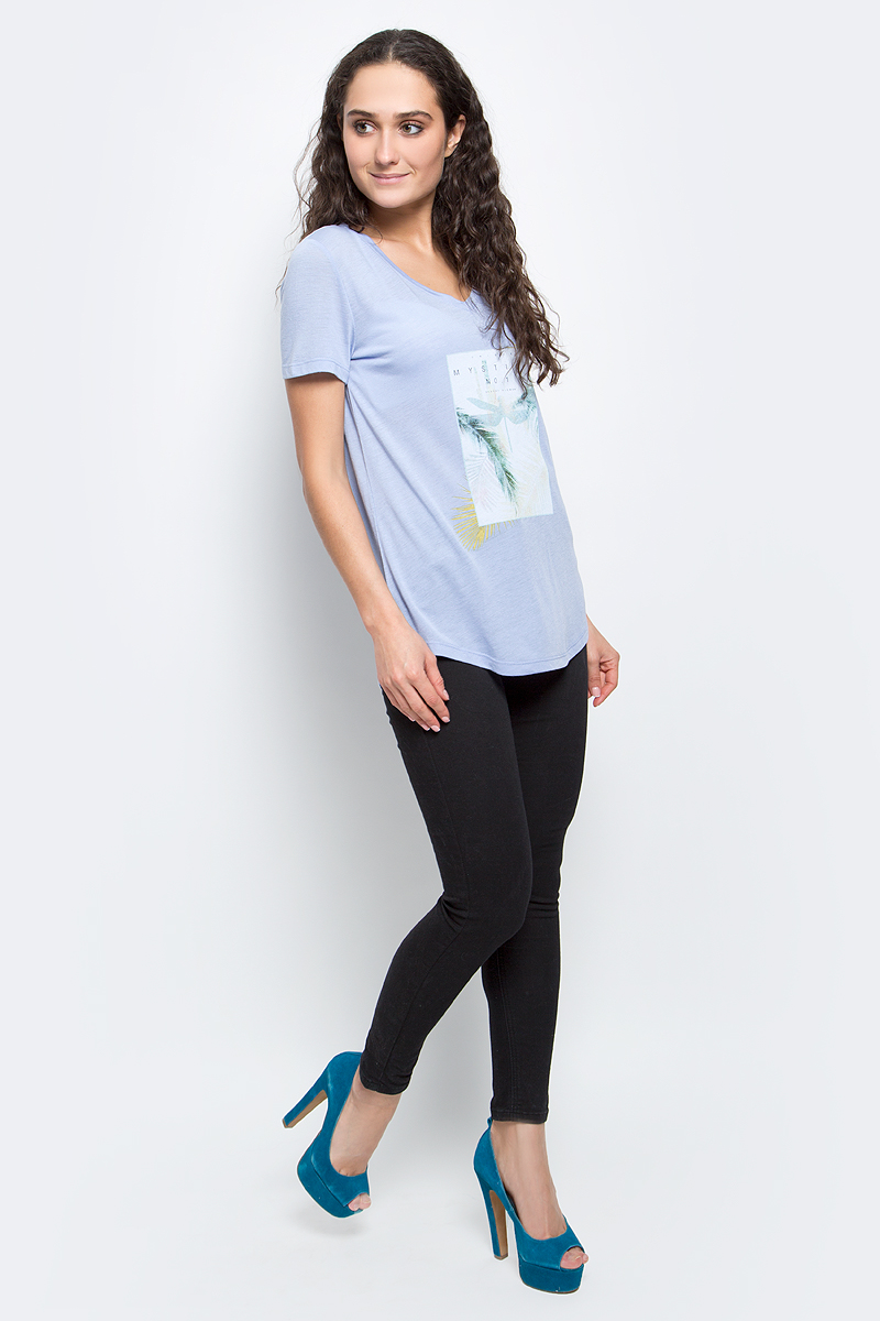 Футболка женская Baon, цвет: бледно-голубой. B237038_Myosotis. Размер S (44)B237038_MyosotisСтильная женская футболка Baon изготовлена из вискозы с добавлением полиэстера. Материал очень мягкий и приятный на ощупь. Модель свободного кроя с V-образным вырезом горловины и короткими рукавами спереди оформлена оригинальным принтом. Нижний край изделия имеет полукруглую форму. Такая футболка займет достойное место в вашем гардеробе.