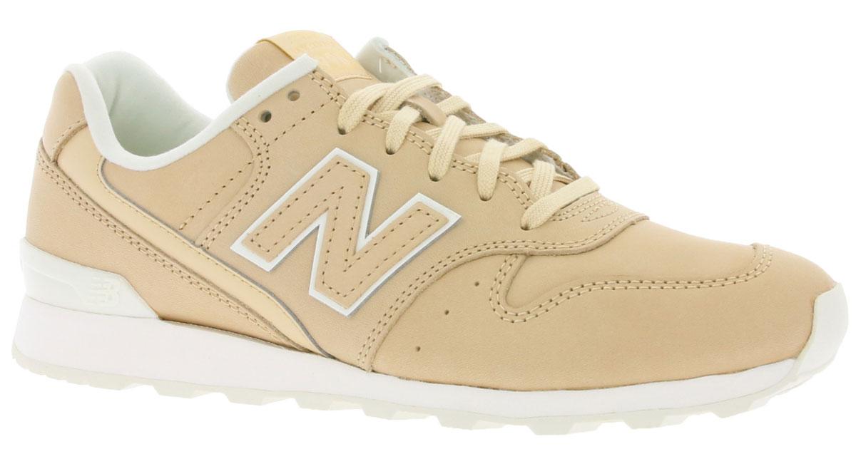 Кроссовки женские New Balance 996, цвет: бежевый. WR996JT/D. Размер 8 (39)WR996JT/DСтильные женские кроссовки от New Balance придутся вам по душе. Верх модели выполнен из полиуретана и натуральной кожи. По бокам обувь оформлена, декоративными элементами в виде фирменного логотипа бренда, на язычке - фирменной нашивкой. Классическая шнуровка надежно зафиксирует изделие на ноге. Мягкая верхняя часть и стелька, изготовленные из текстиля, гарантируют уют и предотвращают натирание. Подошва оснащена рифлением для лучшей сцепки с поверхностями. Удобные кроссовки займут достойное место среди коллекции вашей обуви.