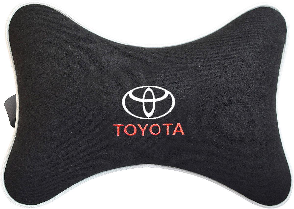Подушка на подголовник Auto Premium Toyota, цвет: черный. 3742937429Подушка на подголовник Auto Premium, выполненная из велюра, это лучший способ создать комфорт для шеи и головы во время пребывания в автомобильном кресле. Большинство штатных подголовников устроены так, что до них попросту не дотянуться. Данный аксессуар полностью решает эту проблему, создавая мягкую ортопедическою поддержку. Особенности: - Подушка крепится к сиденью, а это значит один раз поставил - и забыл. - Меньше утомляемость - а следовательно выше внимание и концентрация на дороге. - Одинакова удобна для пассажира и водителя.