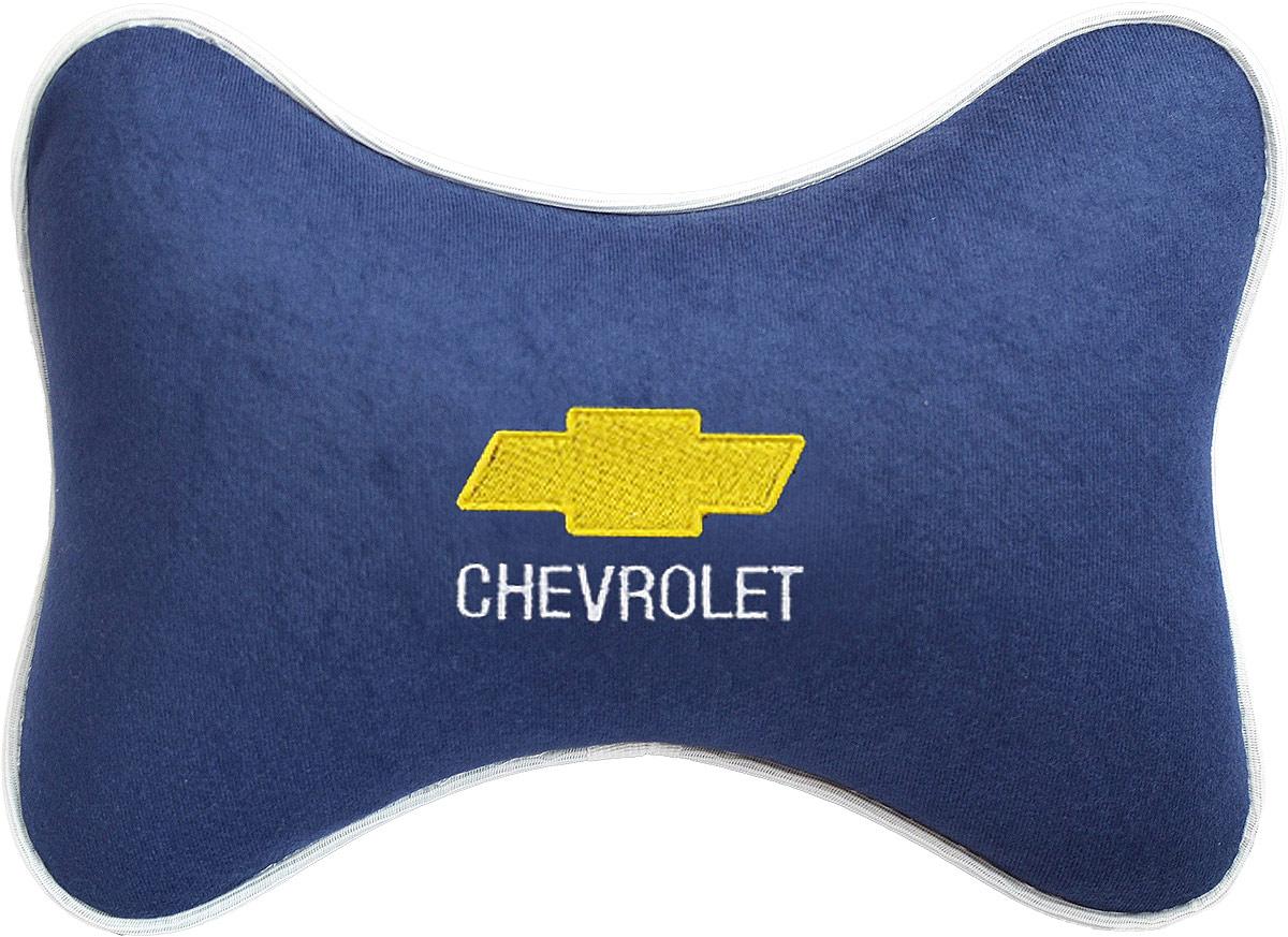 Подушка на подголовник Auto Premium Chevrolet, цвет: синий. 3748537485Подушка на подголовник - это прежде всего лучший способ создать комфорт для шеи и головы во время пребывания в автомобильном кресле. Большинство штатных подголовников устроены так, что до них попросту не дотянуться. Данный аксессуар полностью решает эту проблему, создавая мягкую ортопедическою поддержку. Подушка крепится к сиденью, а это значит один раз поставил - и забыл.Меньше утомляемость - а следовательно выше внимание и концентрация на дороге.Одинакова удобна для пассажира и водителя.Подушка выполнена из велюра.