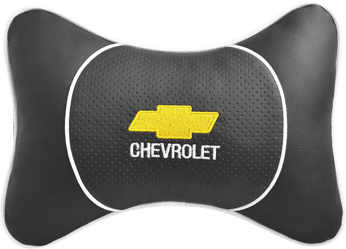 Подушка на подголовник Auto Premium Chevrolet, цвет: черный. 3752537525Подушка на подголовник Auto Premium. Люкс выполнена из черной гладкой экокожи, вставка из черной перфорированной экокожи имеет обрамление мягким кантом. Для нанесения вышивки используются высококачественные итальянские нитки. Экокожа - это дышащий материал, который имеет повышенный ресурс и прочность. Легко чистится влажной тряпкой, не требует стирки, не впитывает пыль и грязь. Подушка на подголовник - это лучший способ создать комфорт для шеи и головы во время пребывания в автомобильном кресле. Большинство штатных подголовников устроены так, что до них попросту не дотянуться. Данный аксессуар полностью решает эту проблему, создавая мягкую ортопедическою поддержку. Особенности: - Подушка крепится к сиденью, а это значит один раз поставил - и забыл. - Меньше утомляемость - а следовательно выше внимание и концентрация на дороге. - Одинакова удобна для пассажира и водителя.