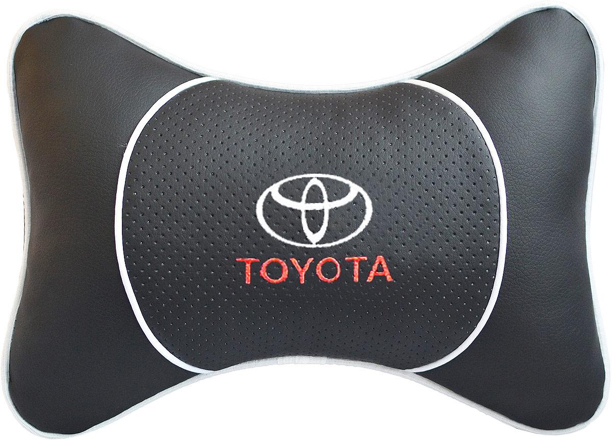 Подушка на подголовник Auto Premium Toyota, цвет: черный. 3752937529Подушка на подголовник Auto Premium. Люкс выполнена из черной гладкой экокожи, вставка из черной перфорированной экокожи имеет обрамление мягким кантом. Для нанесения вышивки используются высококачественные итальянские нитки. Экокожа - это дышащий материал, который имеет повышенный ресурс и прочность. Легко чистится влажной тряпкой, не требует стирки, не впитывает пыль и грязь. Подушка на подголовник - это лучший способ создать комфорт для шеи и головы во время пребывания в автомобильном кресле. Большинство штатных подголовников устроены так, что до них попросту не дотянуться. Данный аксессуар полностью решает эту проблему, создавая мягкую ортопедическою поддержку. Особенности: - Подушка крепится к сиденью, а это значит один раз поставил - и забыл. - Меньше утомляемость - а следовательно выше внимание и концентрация на дороге. - Одинакова удобна для пассажира и водителя.