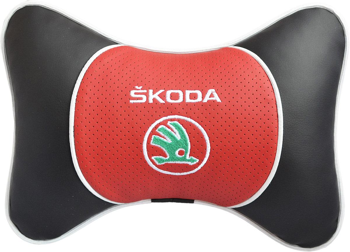 Подушка на подголовник Auto Premium Skoda, цвет: красный. 3757237572Подушка на подголовник Люкс выполнена из черной гладкой экокожи, вставка из красной перфорированной экокожи имеет обрамление мягким кантом. Для нанесения вышивки используются высококачественные итальянские нитки. Подушка на подголовник - это прежде всего лучший способ создать комфорт для шеи и головы во время пребывания в автомобильном кресле. Такая подушка будет удобна как водителю, так и пассажиру.