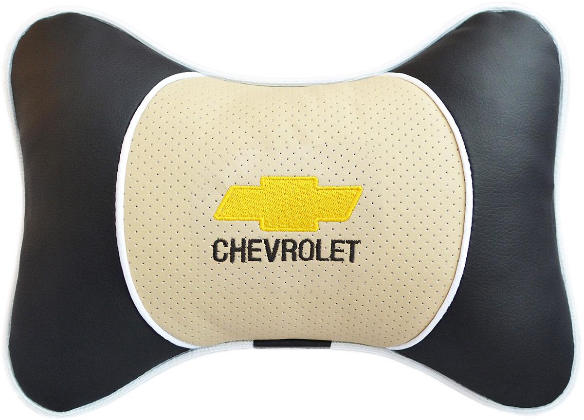 Подушка на подголовник Auto Premium Chevrolet, цвет: бежевый, черный. 3758537585Подушка на подголовник Auto Premium. Люкс выполнена из черной гладкой экокожи, вставка из бежевой перфорированной экокожи имеет обрамление мягким кантом. Для нанесения вышивки используются высококачественные итальянские нитки. Экокожа - это дышащий материал, который имеет повышенный ресурс и прочность. Легко чистится влажной тряпкой, не требует стирки, не впитывает пыль и грязь. Подушка на подголовник - это лучший способ создать комфорт для шеи и головы во время пребывания в автомобильном кресле. Большинство штатных подголовников устроены так, что до них попросту не дотянуться. Данный аксессуар полностью решает эту проблему, создавая мягкую ортопедическою поддержку. Особенности: - Подушка крепится к сиденью, а это значит один раз поставил - и забыл. - Меньше утомляемость - а следовательно выше внимание и концентрация на дороге. - Одинакова удобна для пассажира и водителя.