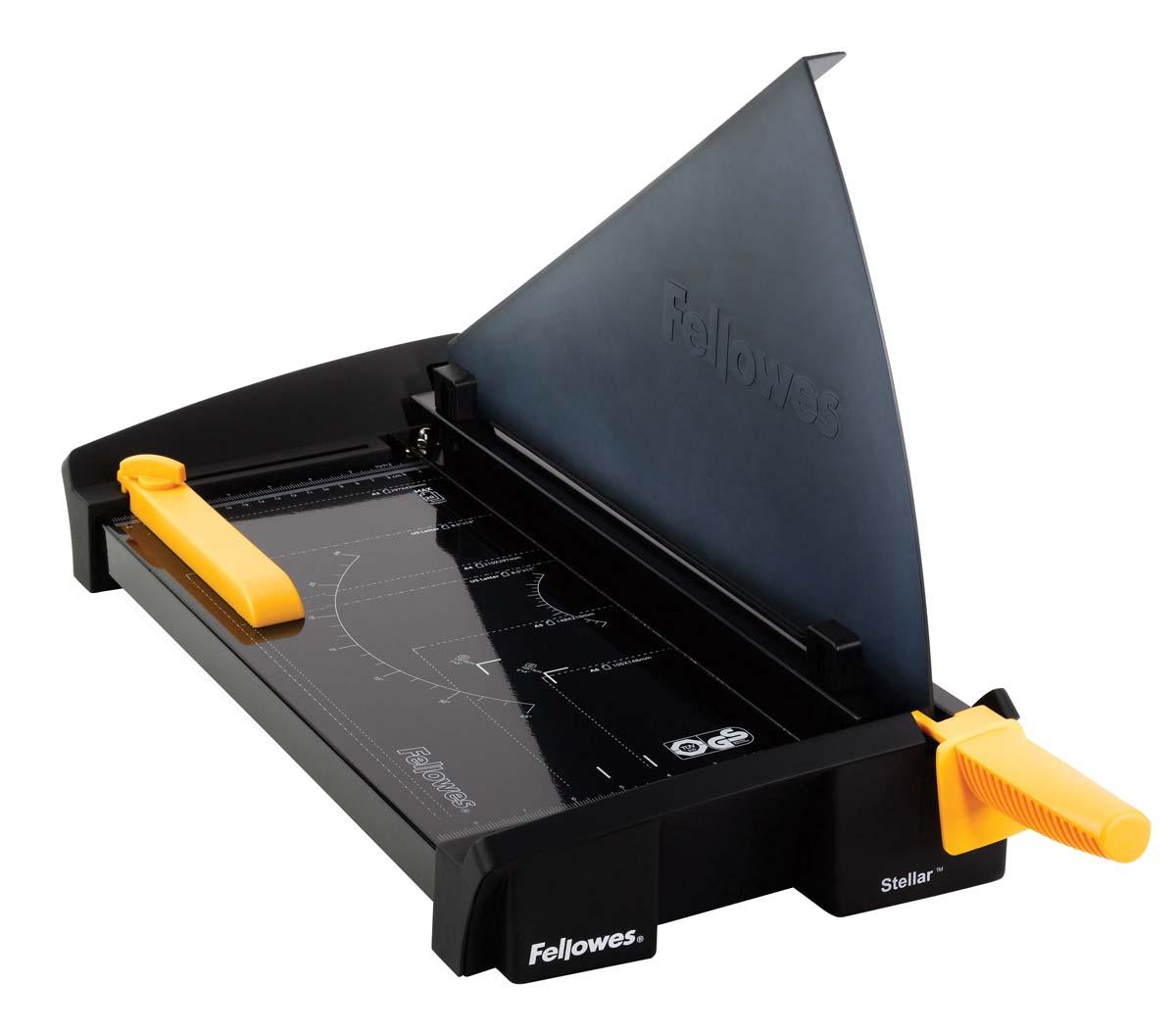 Fellowes Stellar A3 резак сабельныйFS-54384Резак сабельный SafeCut™ Stellar A3 идеален для частого использования в офисе.Длина реза 455мм, стопа 2мм (20 листов 80гр/м2).Запатентованный SafeCut™ защитный экран предотвращает вероятность прикосновения пользователя к ножу резака во время работы.Защитный экран уже установлен, перед использованием его необходимо развернуть, что снимает проблему его неправильной установки.Без развернутого защитного экрана, резак не работает.Профессиональное лезвие из нержавеющей стали, выдерживающее огромные нагрузки.Авто-зажим бумаги, для более точного реза.Фиксируемый крепеж края бумаги для работы с большими тиражами.Прочное металлическое основание на нескользящих ножках.