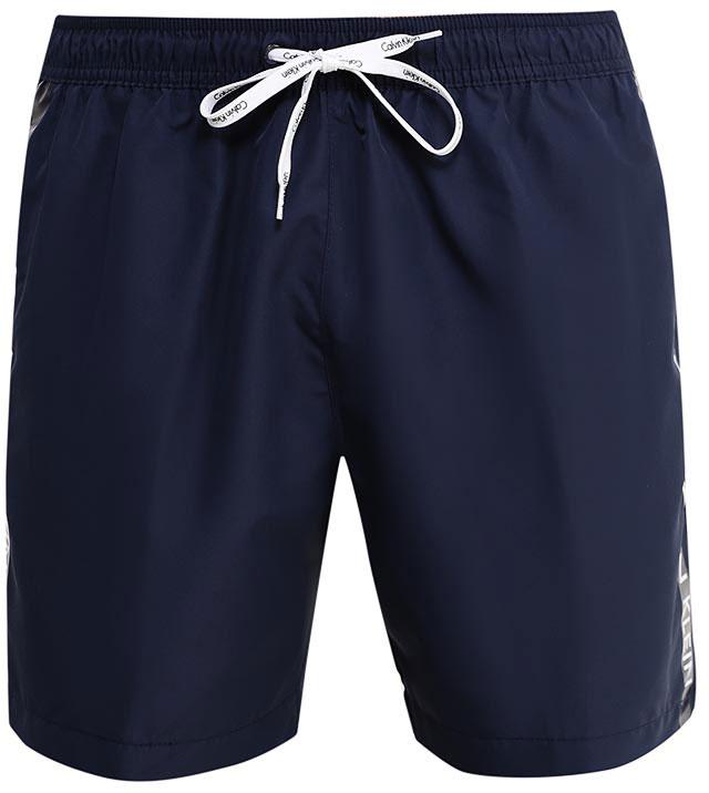 Шорты мужские Calvin Klein Underwear, цвет: темно-синий. KM0KM00110. Размер XXL (54)KM0KM00110Шорты Calvin Klein Underwear выполнены из высококачественного полиэстера, который не пропускает воду. Модель оформлена декоративными лампасами с фирменными надписями. Спереди расположено два втачных кармана. Сзади находится один накладной открытый карман. Пояс дополнен эластичной резинкой и завязками. Подкладка выполнена из сетчатого текстиля.