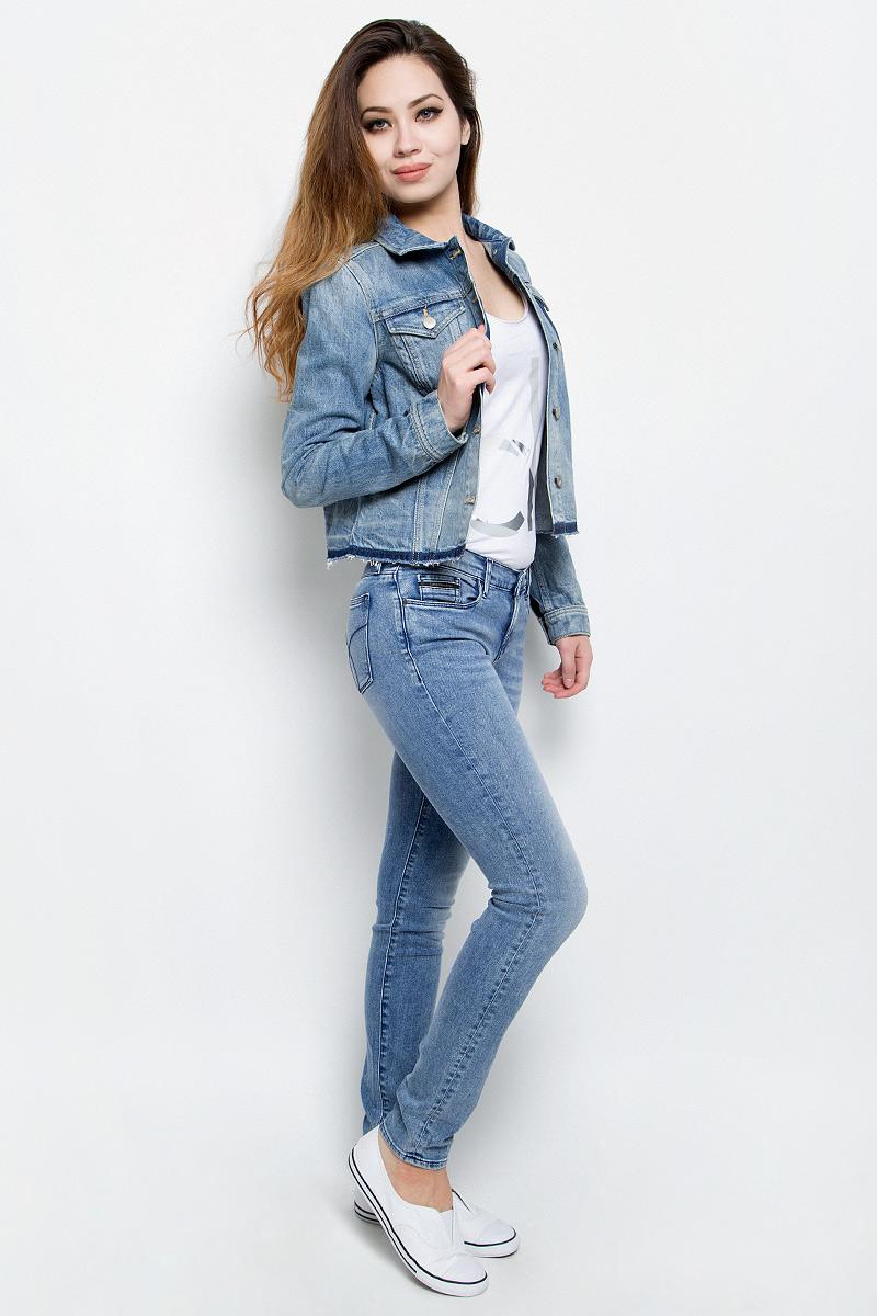 Куртка джинсовая женская Calvin Klein Jeans, цвет: синий деним. J20J201336. Размер L (46/48)J20J201336Женская джинсовая куртка Calvin Klein Jeans изготовлена из высококачественного хлопка. Материал изделия приятный на ощупь, не стесняет движений и позволяет коже дышать, обеспечивая комфорт.Модель с отложным воротником и длинными рукавами застегивается на металлические пуговицы. На груди куртка дополнена двумя прорезными карманами с клапанами на пуговицах. На манжетах имеются застежки-пуговицы. Изделие оформлено эффектом потертости и необработанными краями.