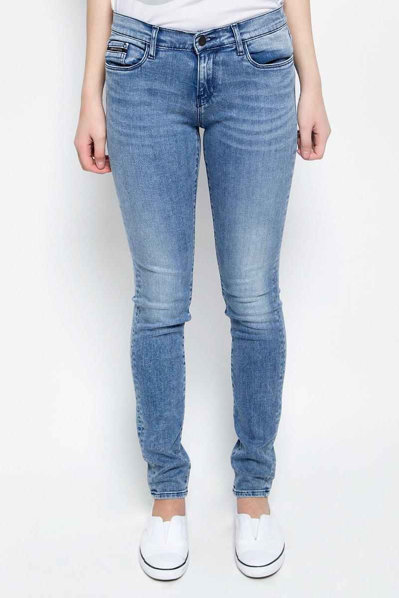 Джинсы женские Calvin Klein Jeans, цвет: голубой деним. J20J204983. Размер 27-32 (40/42-32) шорты женские calvin klein jeans цвет светло голубой j20j204963 размер 26 38 40
