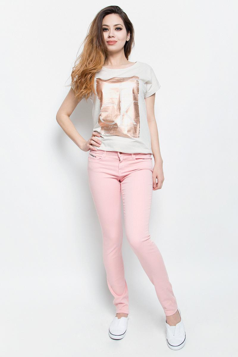 Джинсы женские Calvin Klein Jeans, цвет: розовый. J20J200630. Размер 26-32 (38/40-32)J20J200630Женские джинсы Calvin Klein Jeans выполнены из эластичного хлопка. Модель-скинни застегивается на пуговицу и имеет ширинку на молнии. В поясе предусмотрены шлевки для ремня. Спереди расположены два втачных кармана и один маленький накладной, сзади - два накладных кармана. Спереди карманы оформлены металлическими клепками с названием бренда.