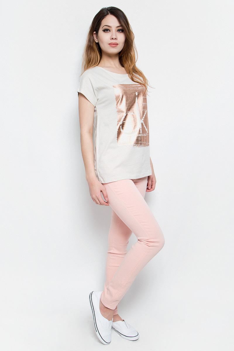 Футболка женская Calvin Klein Jeans, цвет: бежевый. J20J204833. Размер L (46/48)J20J204833Модная женская футболка Calvin Klein Jeans изготовлена из качественного хлопка. Футболка с круглым вырезом горловины и короткими цельнокроеными рукавами имеет свободный крой. Изделие оформлено принтом в виде фирменного логотипа.Высокое качество, актуальный дизайн и расцветка придают изделию неповторимый стиль и индивидуальность.