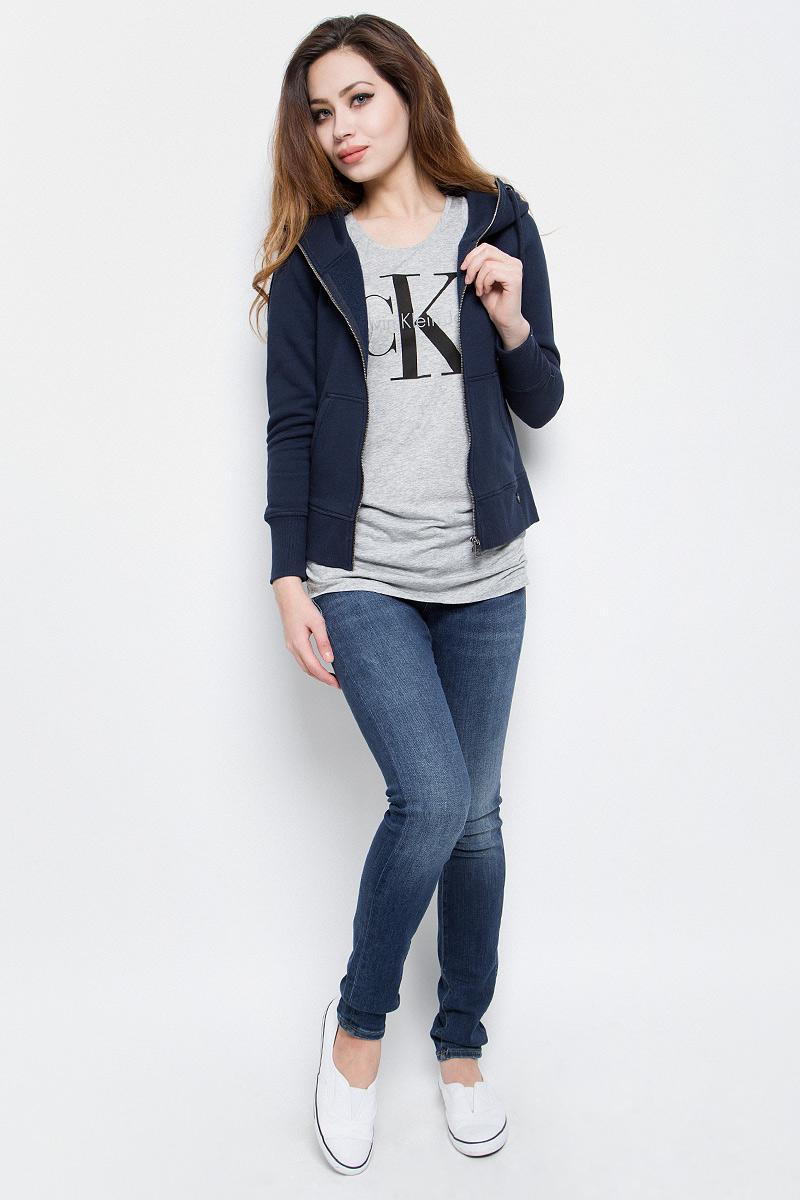 Толстовка женская Calvin Klein Jeans, цвет: темно-синий. J20J201273. Размер L (46/48)J20J201273Стильная женская толстовка Calvin Klein Jeans выполнена из хлопка и полиэстера с добавлением эластана. Модель с капюшоном, дополненным шнурком и длинными рукавами, застегивается спереди на металлическую застежку-молнию. Низ изделия и манжеты рукавов дополнены трикотажными резинками. Спереди расположены два накладных кармана.