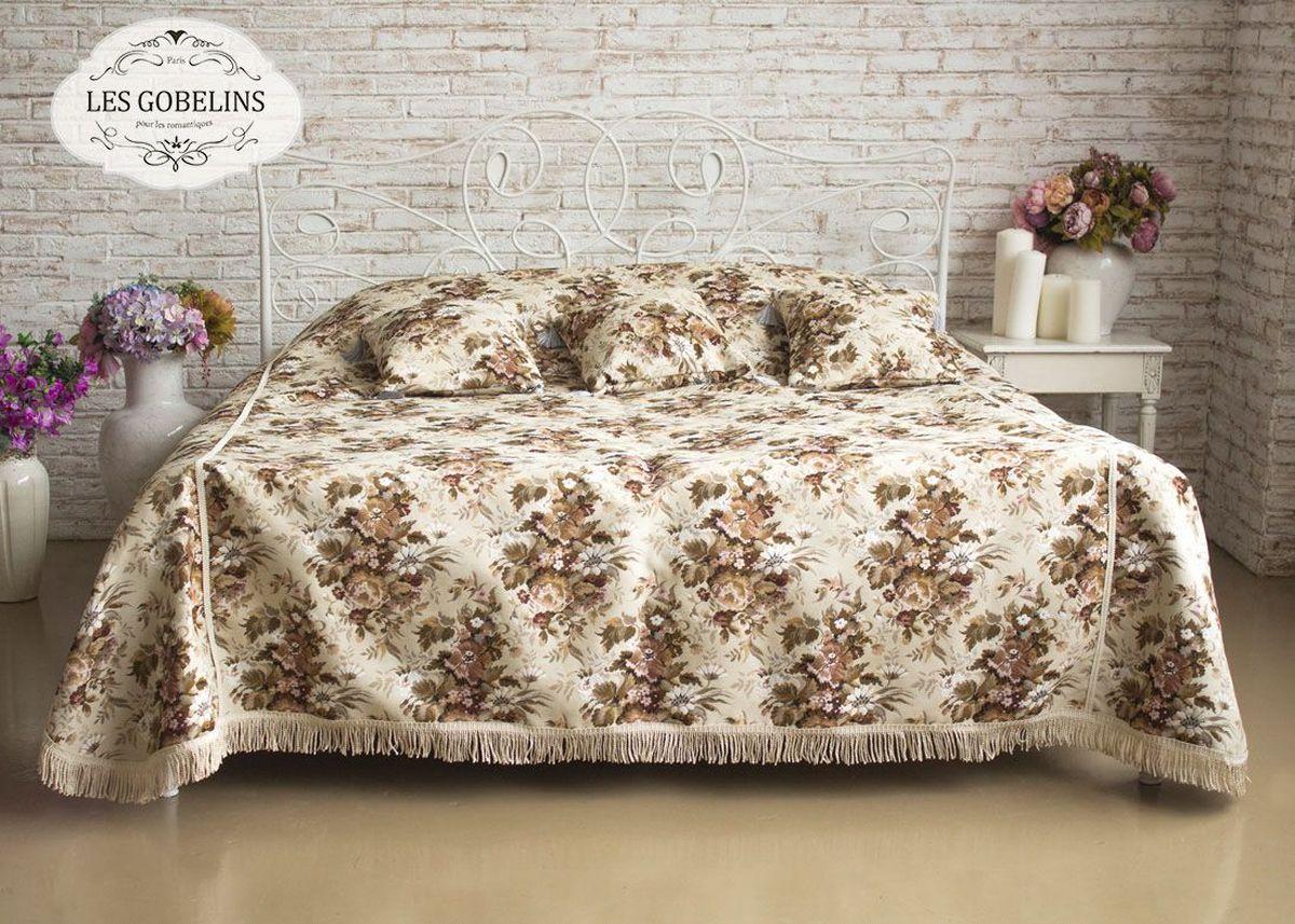 """Покрывало на кровать Les Gobelins """"Terrain Russe"""" с ярким цветочным рисунком привлечет к себе внимание и органично впишется в интерьер комнаты. Изделие изготовлено из высококачественной ткани гобелен и оформлено бахромой и кисточками. Необычайная красота сочетается в этом покрывале с высокой прочностью и долговечностью, а свойство гобелена по-разному проявлять себя в зависимости от освещения помещения позволяет открывать все новые и новые детали, которые, как казалось, раньше скрывал гобелен. Красочное и приятное на ощупь покрывало сделает интерьер спальни, детской или гостиной уютнее и своеобразнее.  Состав материала: 5% хлопок, 95% полиэстер."""