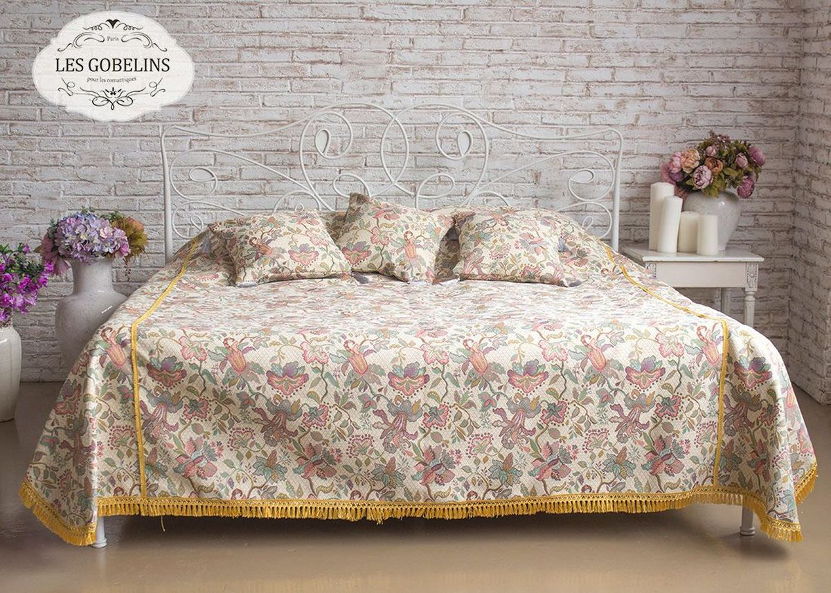 Покрывало на кровать Les Gobelins Loche, 240 х 260 смlns184573Покрывало на кровать Les Gobelins Loche с ярким рисунком привлечет к себе внимание и органично впишется в интерьер комнаты. Изделие изготовлено из высококачественной ткани гобелен и оформлено бахромой и кисточками. Необычайная красота сочетается в этом покрывале с высокой прочностью и долговечностью, а свойство гобелена по-разному проявлять себя в зависимости от освещения помещения позволяет открывать все новые и новые детали, которые, как казалось, раньше скрывал гобелен.Красочное и приятное на ощупь покрывало сделает интерьер спальни, детской или гостиной уютнее и своеобразнее. Состав материала: 52% хлопок, 48% полиэстер.