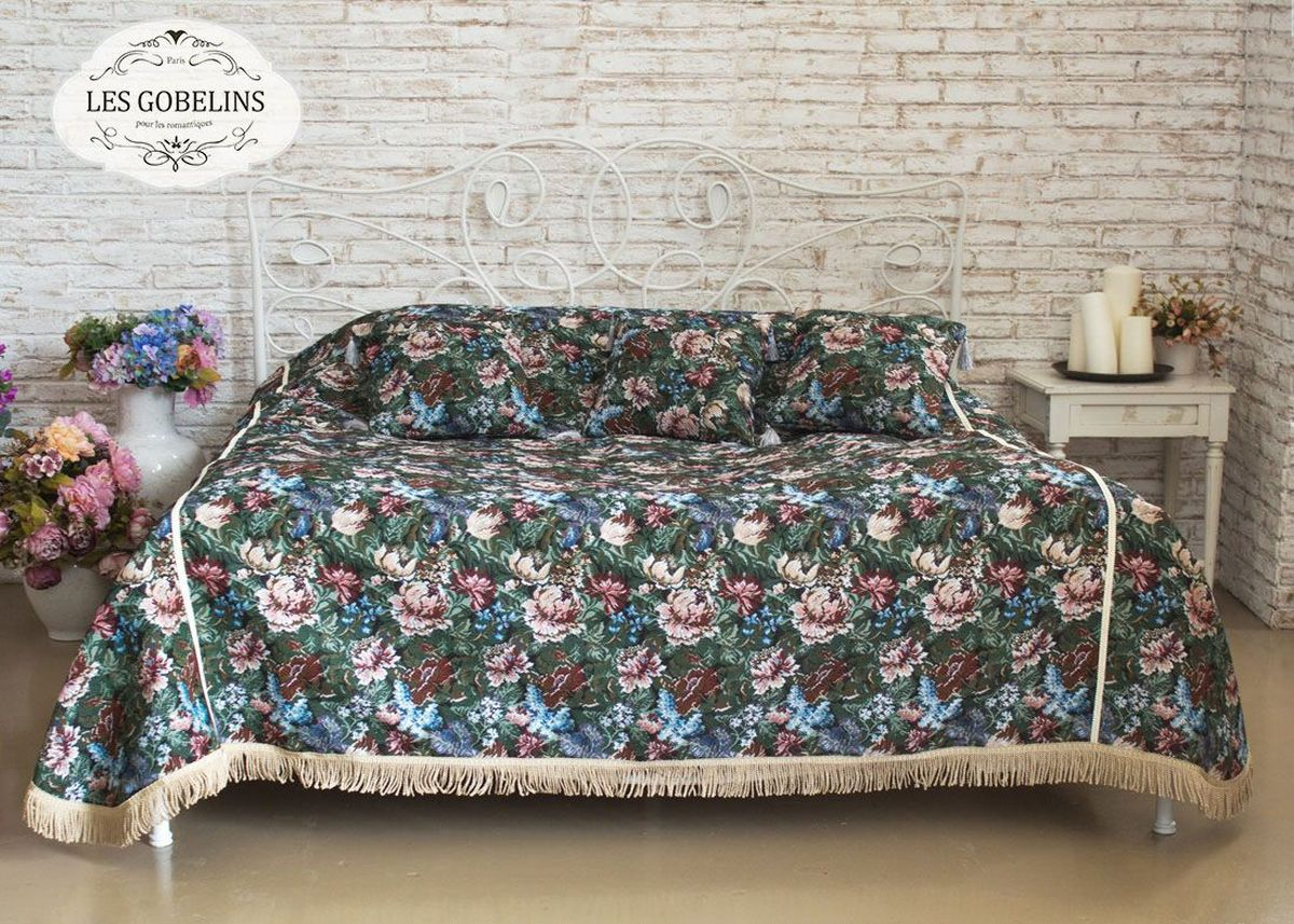 Покрывало на кровать Les Gobelins Jardin DAmerique, 240 х 260 смlns184602Покрывало на кровать Les Gobelins Jardin DAmerique с ярким цветочным рисунком привлечет к себе внимание и органично впишется в интерьер комнаты. Изделие изготовлено из высококачественной ткани гобелен и оформлено бахромой и кисточками. Необычайная красота сочетается в этом покрывале с высокой прочностью и долговечностью, а свойство гобелена по-разному проявлять себя в зависимости от освещения помещения позволяет открывать все новые и новые детали, которые, как казалось, раньше скрывал гобелен.Красочное и приятное на ощупь покрывало сделает интерьер спальни, детской или гостиной уютнее и своеобразнее. Состав материала: 60% хлопок, 40% полиэстер.