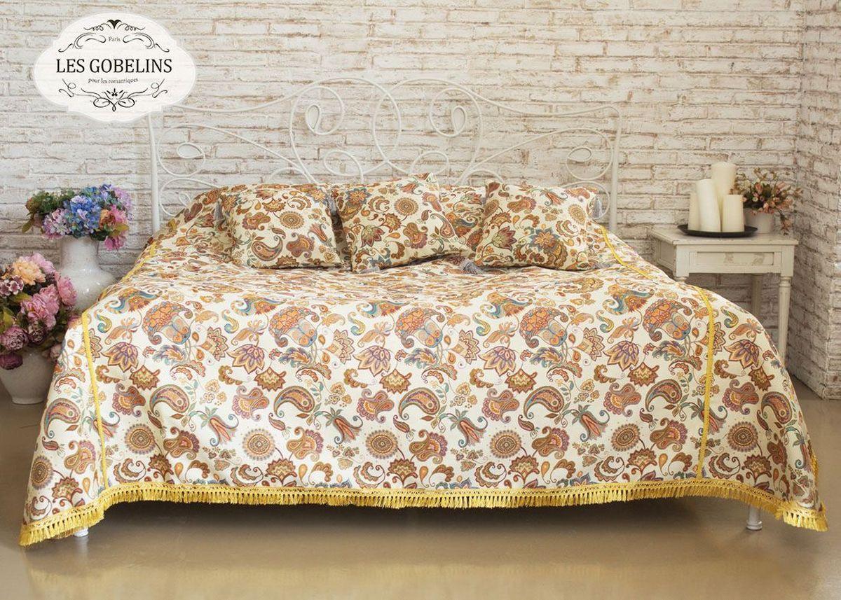 """Покрывало на кровать Les Gobelins """"Ete Indien"""" с ярким рисунком привлечет к себе внимание и органично впишется в интерьер комнаты. Изделие изготовлено из высококачественной ткани гобелен и оформлено бахромой и кисточками. Необычайная красота сочетается в этом покрывале с высокой прочностью и долговечностью, а свойство гобелена по-разному проявлять себя в зависимости от освещения помещения позволяет открывать все новые и новые детали, которые, как казалось, раньше скрывал гобелен. Красочное и приятное на ощупь покрывало сделает интерьер спальни, детской или гостиной уютнее и своеобразнее.  Состав материала: 5% хлопок, 95% полиэстер."""