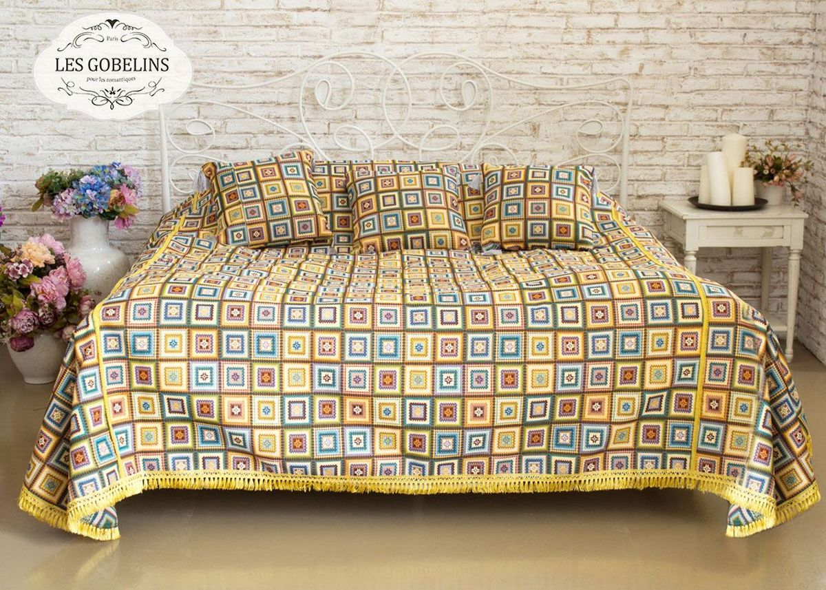 """Покрывало на кровать Les Gobelins """"Labyrinthe"""" с ярким геометрическим рисунком привлечет к себе внимание и органично впишется в интерьер комнаты. Изделие изготовлено из высококачественной ткани гобелен и оформлено бахромой и кисточками. Необычайная красота сочетается в этом покрывале с высокой прочностью и долговечностью, а свойство гобелена по-разному проявлять себя в зависимости от освещения помещения позволяет открывать все новые и новые детали, которые, как казалось, раньше скрывал гобелен. Красочное и приятное на ощупь покрывало сделает интерьер спальни, детской или гостиной уютнее и своеобразнее.  Состав материала: 52% хлопок, 48% полиэстер."""