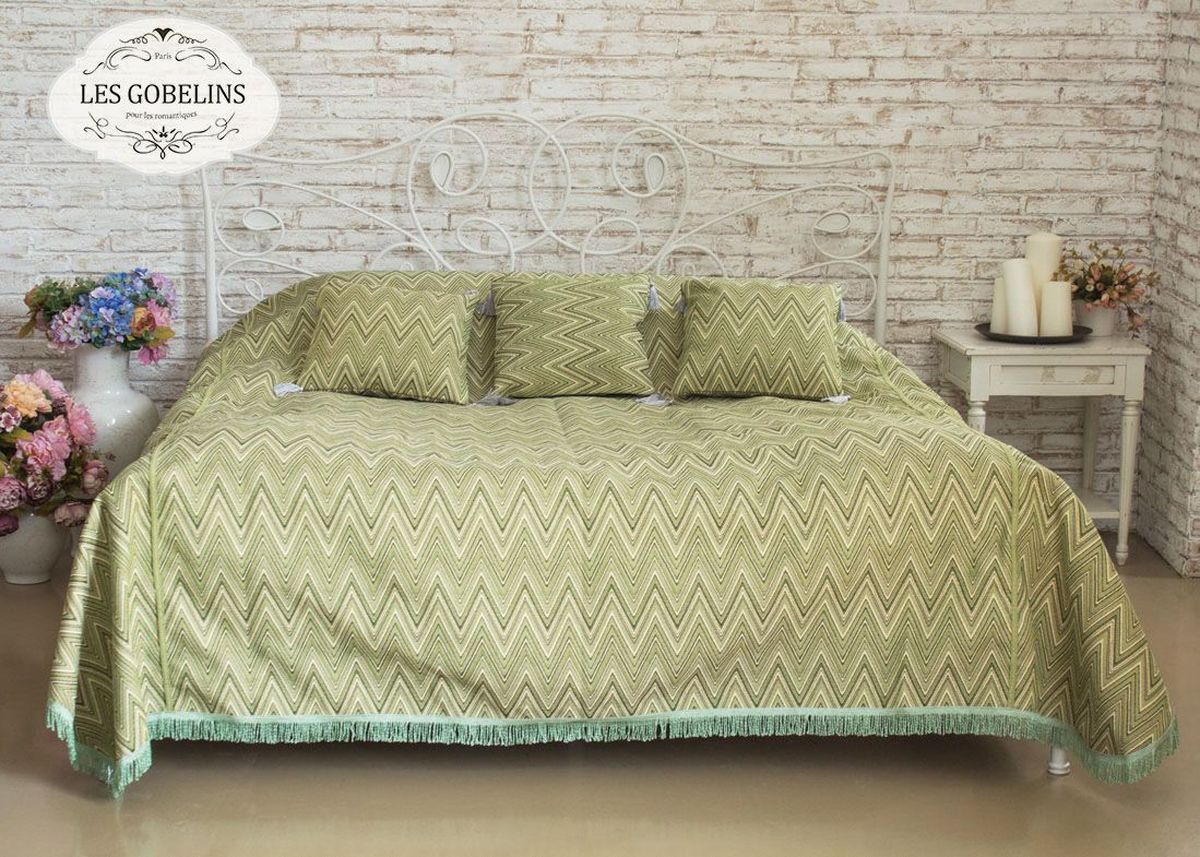 Покрывало на кровать Les Gobelins Zigzag, цвет: зеленый, 240 х 260 смlns184689Покрывало на кровать Les Gobelins Zigzag с ярким геометрическим рисунком привлечет к себе внимание и органично впишется в интерьер комнаты. Изделие изготовлено из высококачественной ткани гобелен и оформлено бахромой и кисточками. Необычайная красота сочетается в этом покрывале с высокой прочностью и долговечностью, а свойство гобелена по-разному проявлять себя в зависимости от освещения помещения позволяет открывать все новые и новые детали, которые, как казалось, раньше скрывал гобелен.Красочное и приятное на ощупь покрывало сделает интерьер спальни, детской или гостиной уютнее и своеобразнее. Состав материала: 52% хлопок, 48% полиэстер.