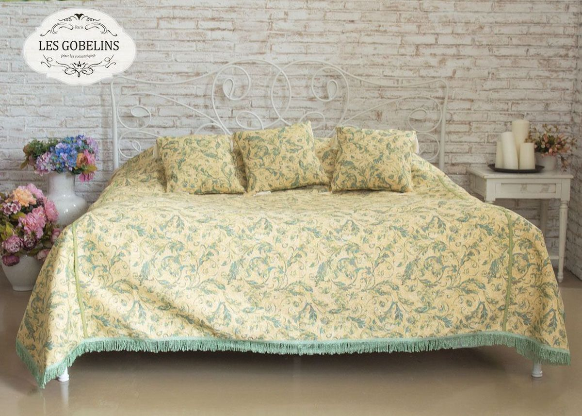 Покрывало на кровать Les Gobelins Jeune Verdure, 150 х 220 смlns184814Покрывало на кровать Les Gobelins Jeune Verdure с ярким рисунком привлечет к себе внимание и органично впишется в интерьер комнаты. Изделие изготовлено из высококачественной ткани гобелен и оформлено бахромой и кисточками. Необычайная красота сочетается в этом покрывале с высокой прочностью и долговечностью, а свойство гобелена по-разному проявлять себя в зависимости от освещения помещения позволяет открывать все новые и новые детали, которые, как казалось, раньше скрывал гобелен.Красочное и приятное на ощупь покрывало сделает интерьер спальни, детской или гостиной уютнее и своеобразнее. Состав материала: 52% хлопок, 48% полиэстер.