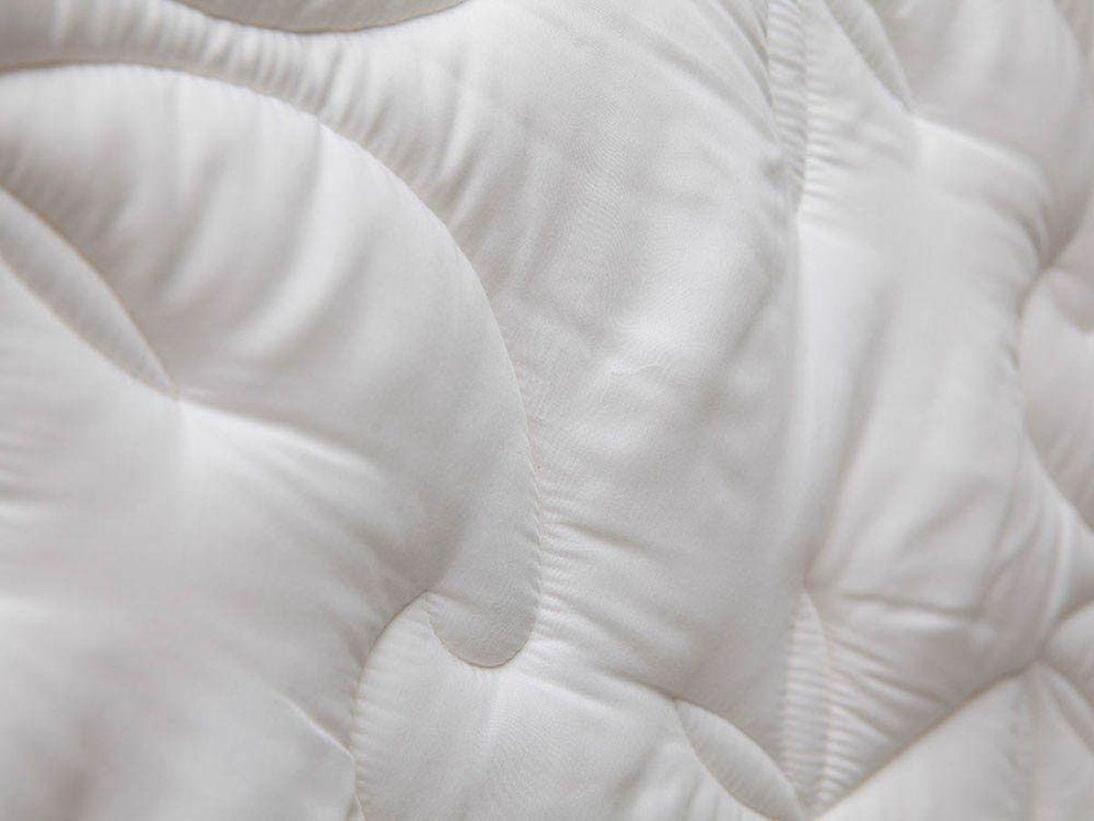 Подушка William Roberts Delicate Sillk, средняя, наполнитель: шелковое волоко, 50 х 70 смwlr219047Средняя подушка William Roberts Delicate Sillk прекрасно подойдет тем, кто спит на спине. Наполнитель чехла выполнен из шелкового волокна (50% натуральный шелк, 50% полиэфир). Наполнитель ядра подушки - силиконизированное волокно (искусственный лебяжий пух). Чехол выполнен из эвкалиптового сатина (100% тенсел). Подушка простегана и окантована. Стежка надежно удерживает наполнитель внутри и не позволяет ему скатываться.