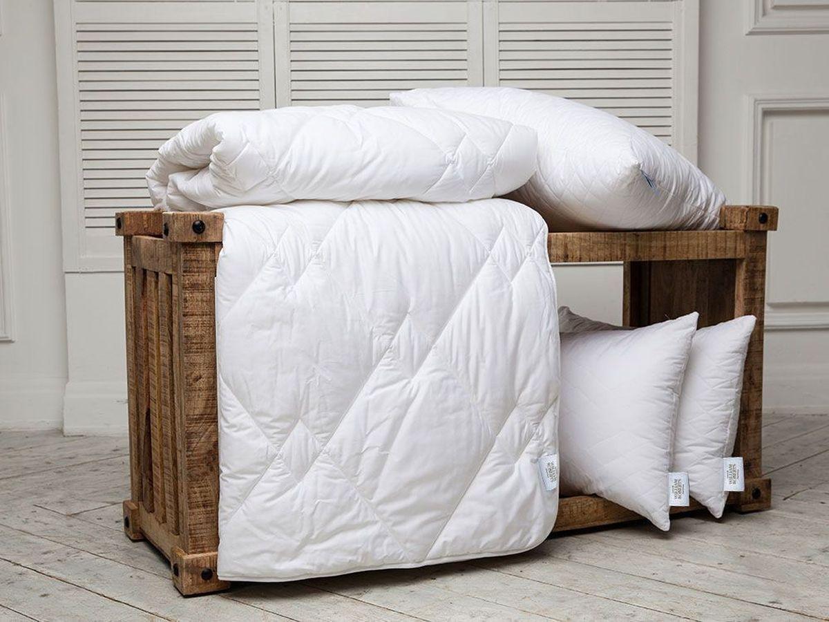 Одеяло всесезонное William Roberts Essential Bamboo, наполнитель: бамбуковое волокно, 155 х 200 смwlr233239Всесезонное одеяло William Roberts Essential Bamboo с наполнителем из бамбукового волокна подарит вам спокойный и здоровый сон.Волокно бамбука - это натуральный материал, добываемый из стеблей растения. Он обладает способностью быстро впитывать и испарять влагу, а также антибактериальными свойствами, что препятствует появлению пылевых клещей и болезнетворных бактерий. Изделия с наполнителем из бамбука легко пропускают воздух. Они отличаются превосходными дезодорирующими свойствами, мягкие, легкие, простые в уходе, гипоаллергенные и подходят абсолютно всем. Чехол одеяла выполнен из хлопкового сатина. Одеяло простегано и окантовано. Стежка надежно удерживает наполнитель внутри и не позволяет ему скатываться. Плотность наполнителя: 300 г/м2.Размер: 155 х 200 см.