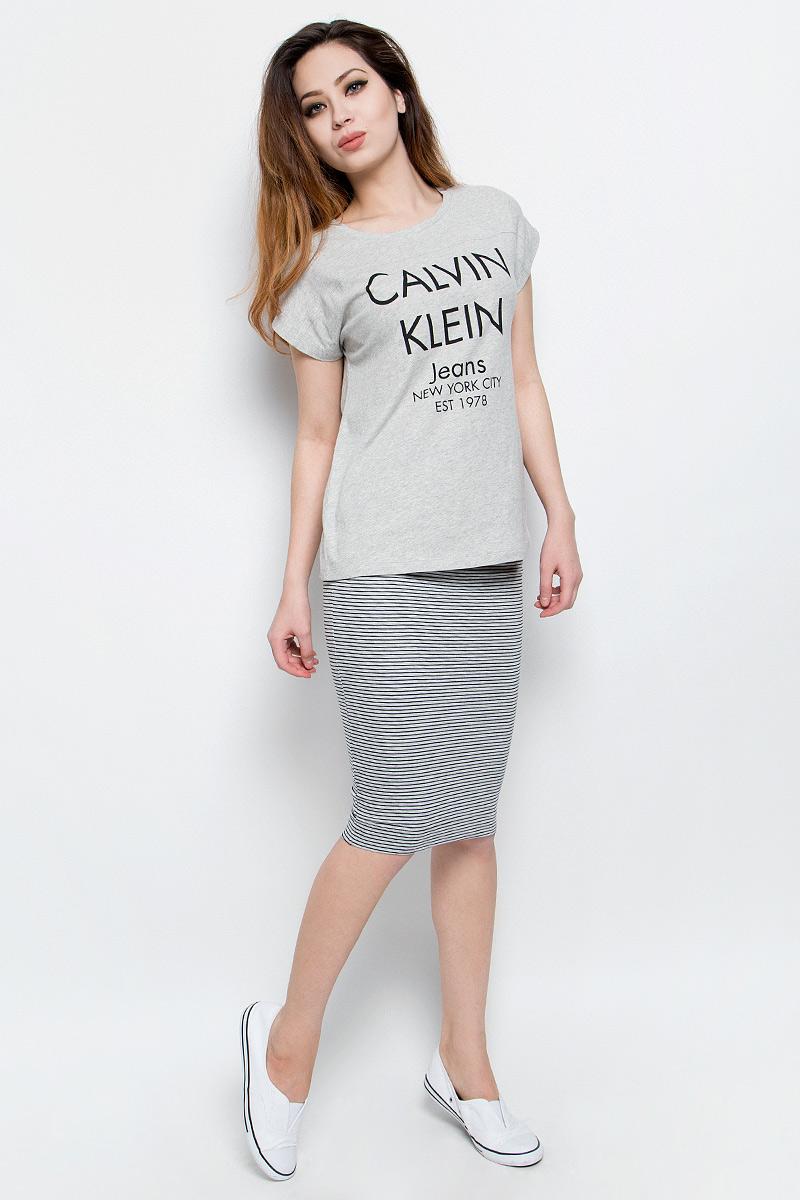 Футболка женская Calvin Klein Jeans, цвет: серый меланж. J20J204633. Размер XL (48/50)J20J204633Удобная женская футболка Calvin Klein Jeans, выполненная из натурального хлопка,обладает высокой теплопроводностью, воздухопроницаемостью игигроскопичностью, позволяет коже дышать.Модель с круглым вырезомгорловины и цельнокроеными рукавами оформлена стильными надписями с логотипом бренда.