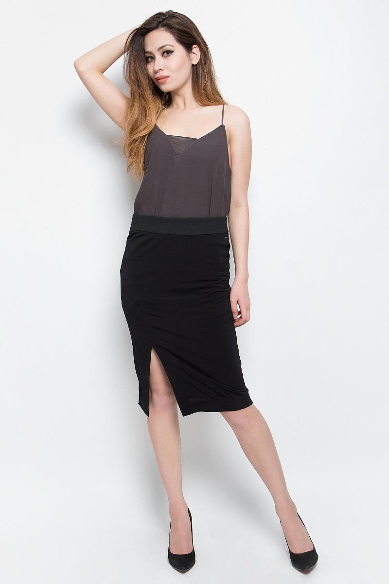 Юбка Calvin Klein Jeans, цвет: черный. J20J204624. Размер S (42/44)J20J204624Юбка Calvin Klein Jeans выполнена из сочетания полиэстера и эластана. С внутренней стороны имеется подкладка из полиэстера . Юбка-миди с завышенной талией застегивается на застежку-молнию сзади по спинке, а так же дополнена широким поясом. Оформлена юбка элегантной передней шлицей и металлической пластиной с названием бренда.