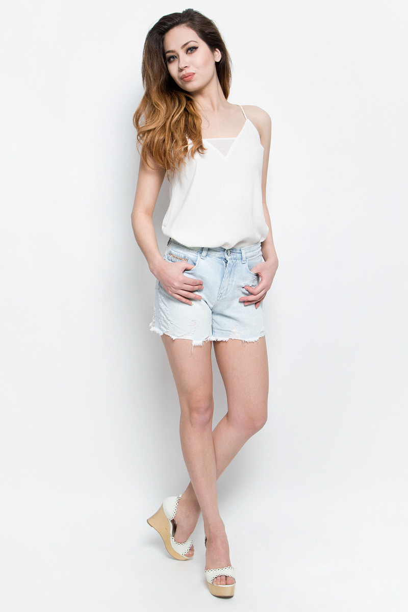 Шорты женские Calvin Klein Jeans, цвет: светло-голубой. J20J204963. Размер 27 (40/42)J20J204963Стильные женские шорты Calvin Klein Jeans выполнены из качественного хлопка. Материал мягкий и приятный на ощупь, не сковывает движения и позволяет коже дышать.Шорты завышенной посадки застегиваются на пуговицу в поясе и ширинку на застежке-молнии. На поясе предусмотрены шлевки для ремня. Спереди модель оформлена двумя втачными карманами и одним маленьким накладным кармашком, сзади - двумя накладными карманами. Шорты оформлены эффектом потертости и оригинальными отворотами.